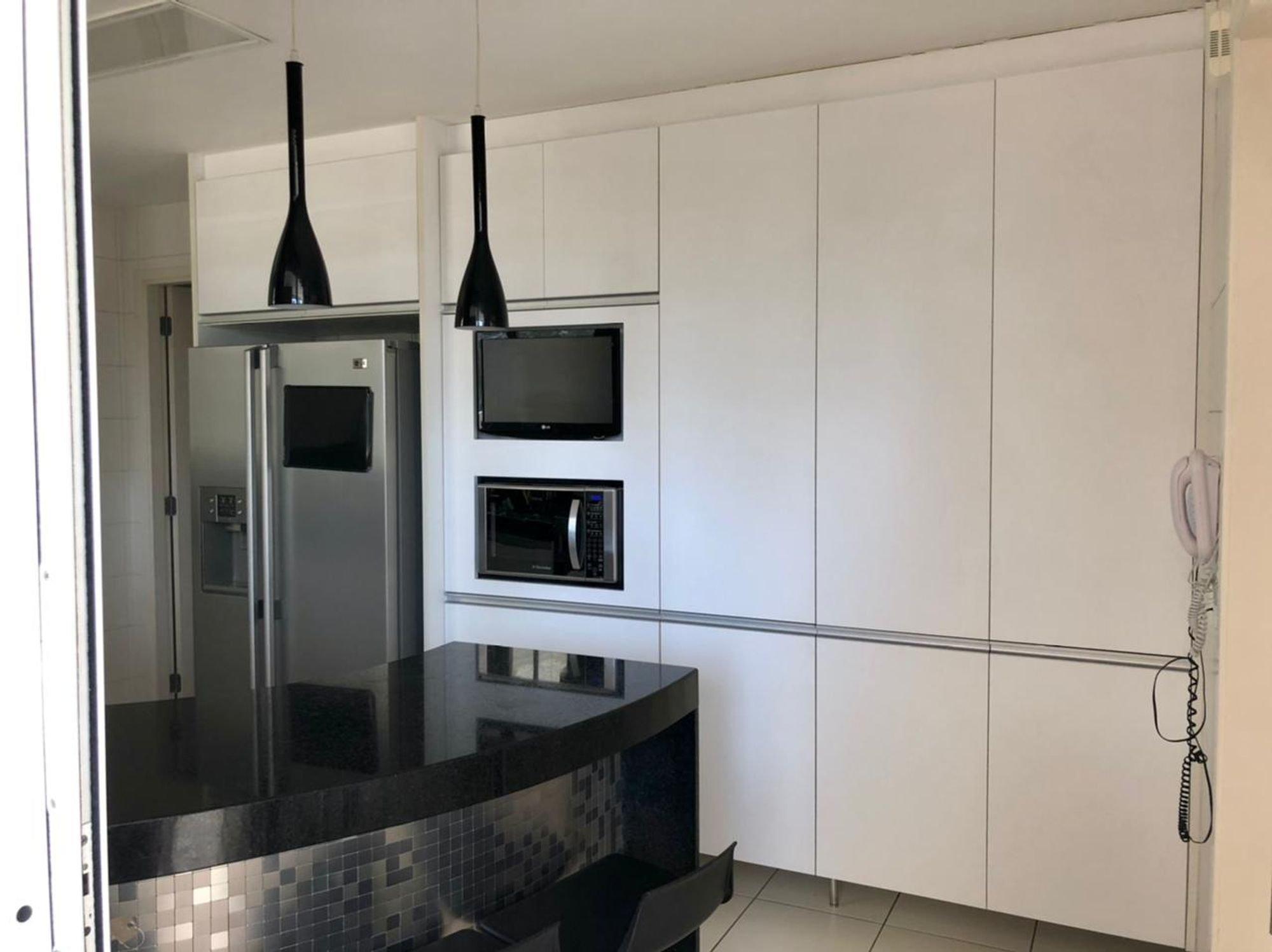 Foto de Cozinha com televisão, microondas