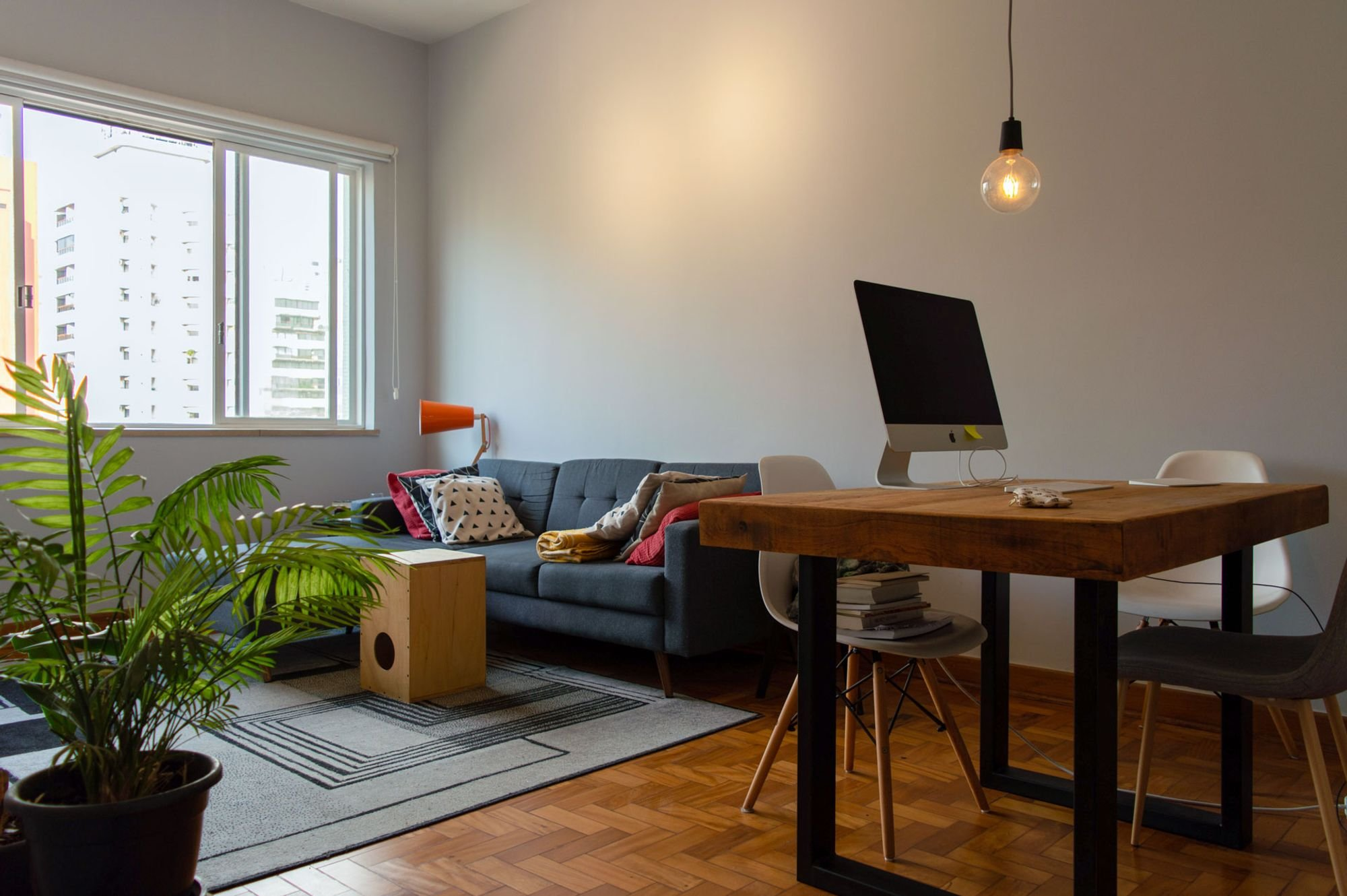 Foto de Sala com vaso de planta, mouse, sofá, cadeira, mesa de jantar