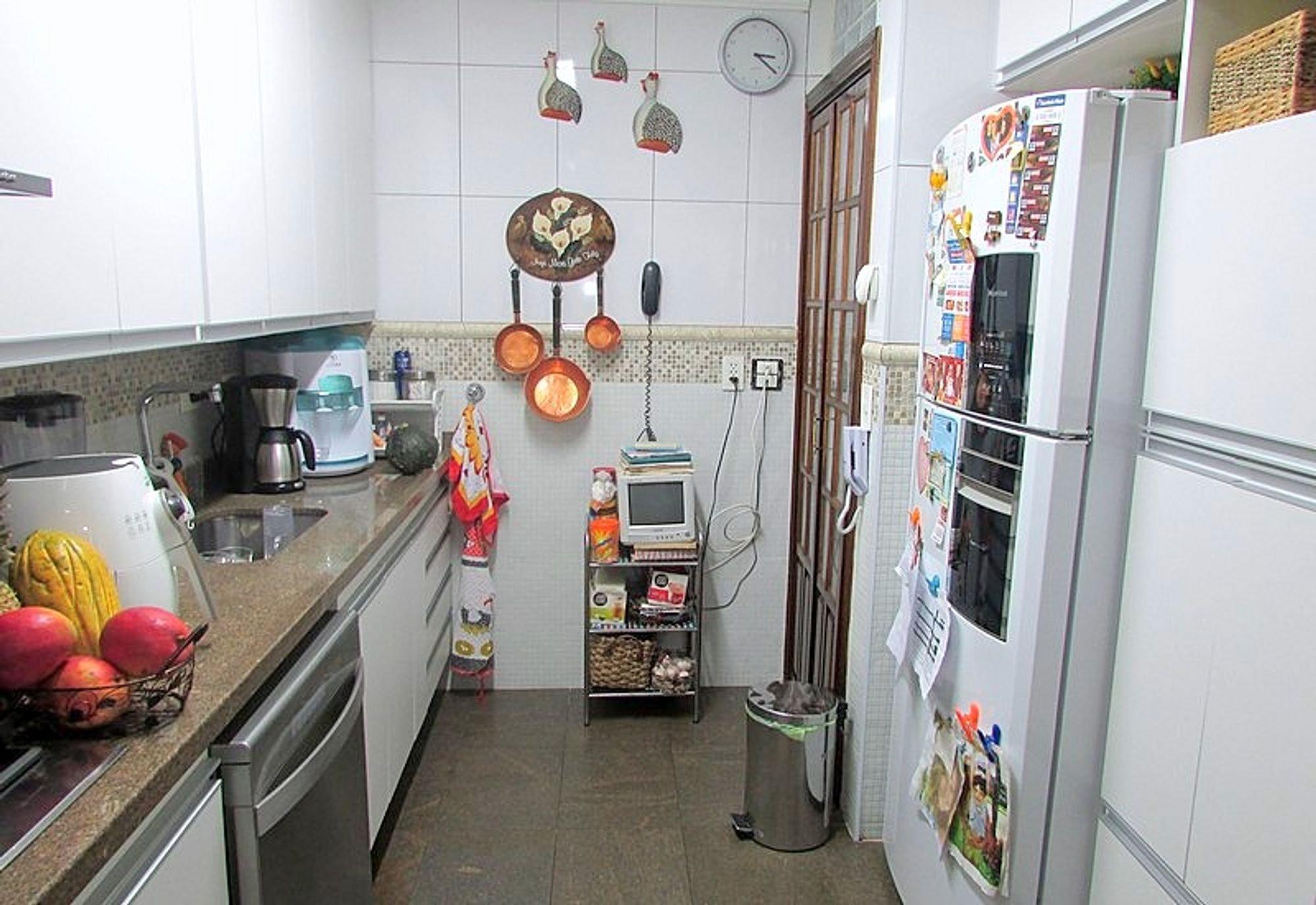 Foto de Cozinha com geladeira, pia, relógio