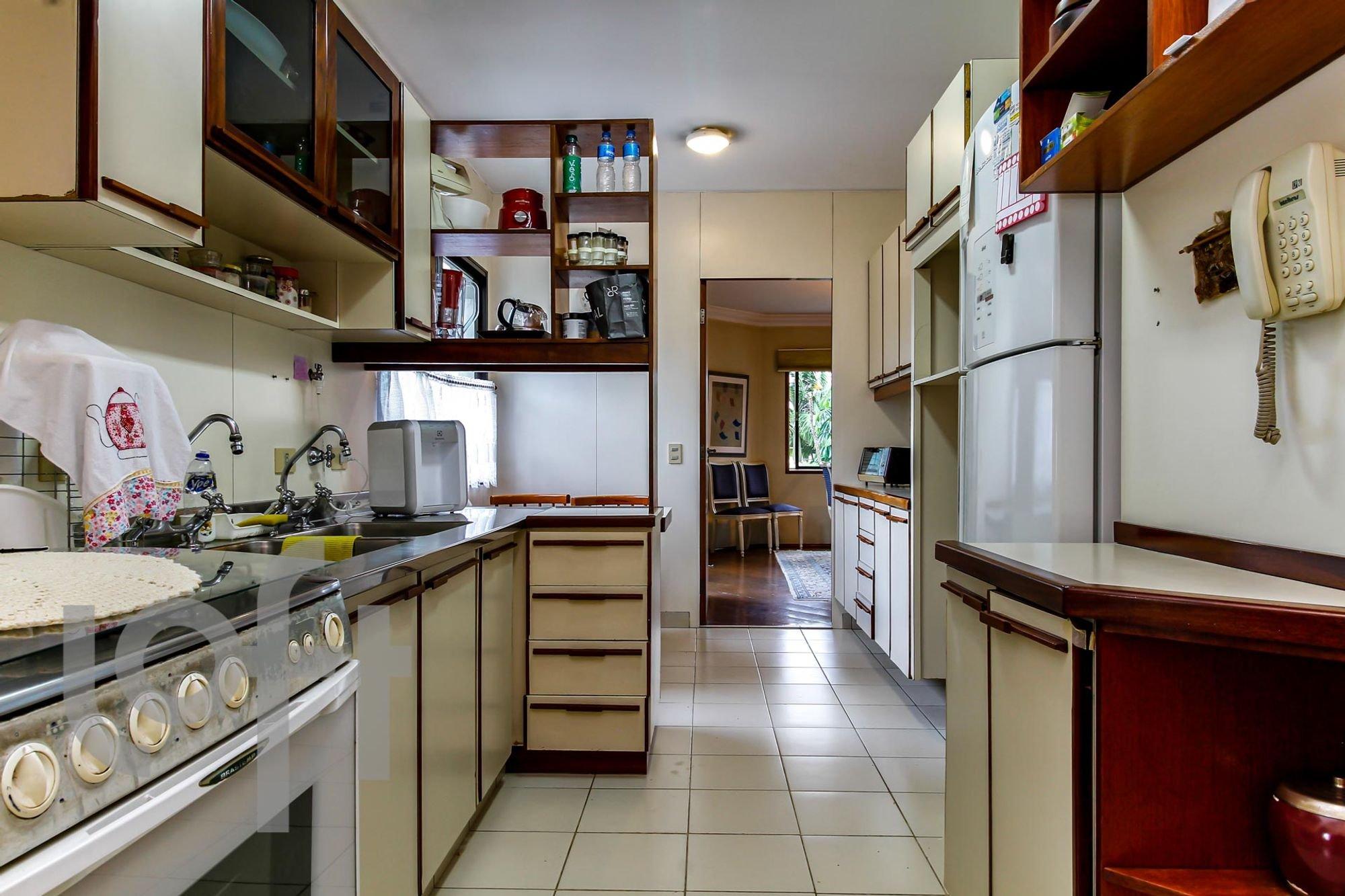 Foto de Cozinha com garrafa, forno, cadeira, pia