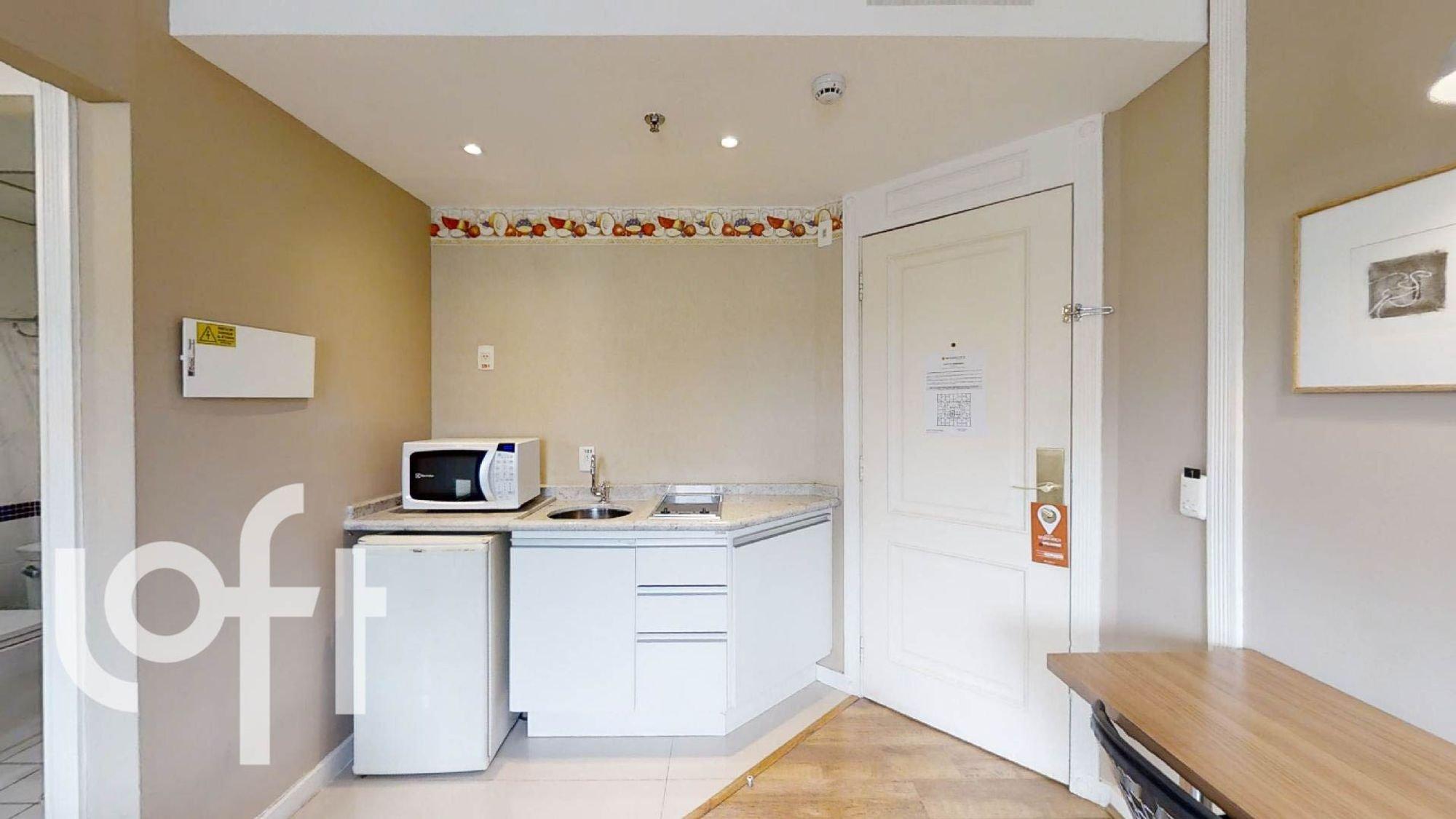 Foto de Cozinha com geladeira, pia, microondas