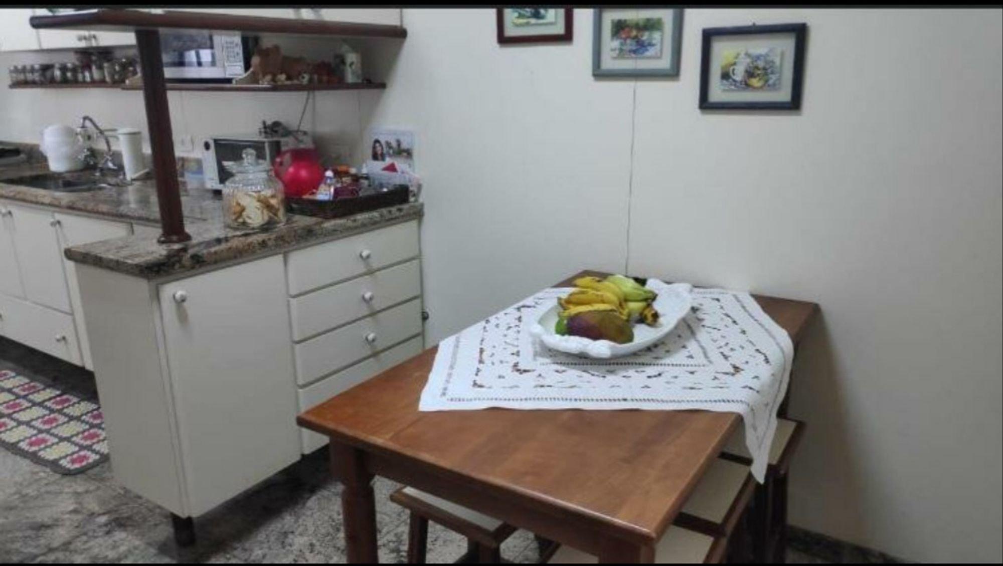 Foto de Cozinha com mesa de jantar, garrafa