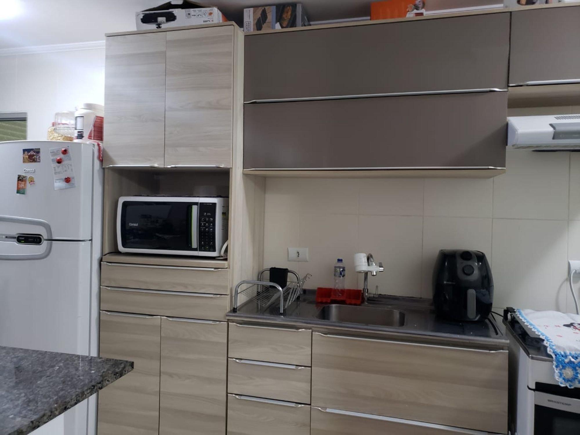 Foto de Cozinha com garrafa, geladeira, microondas, mesa de jantar