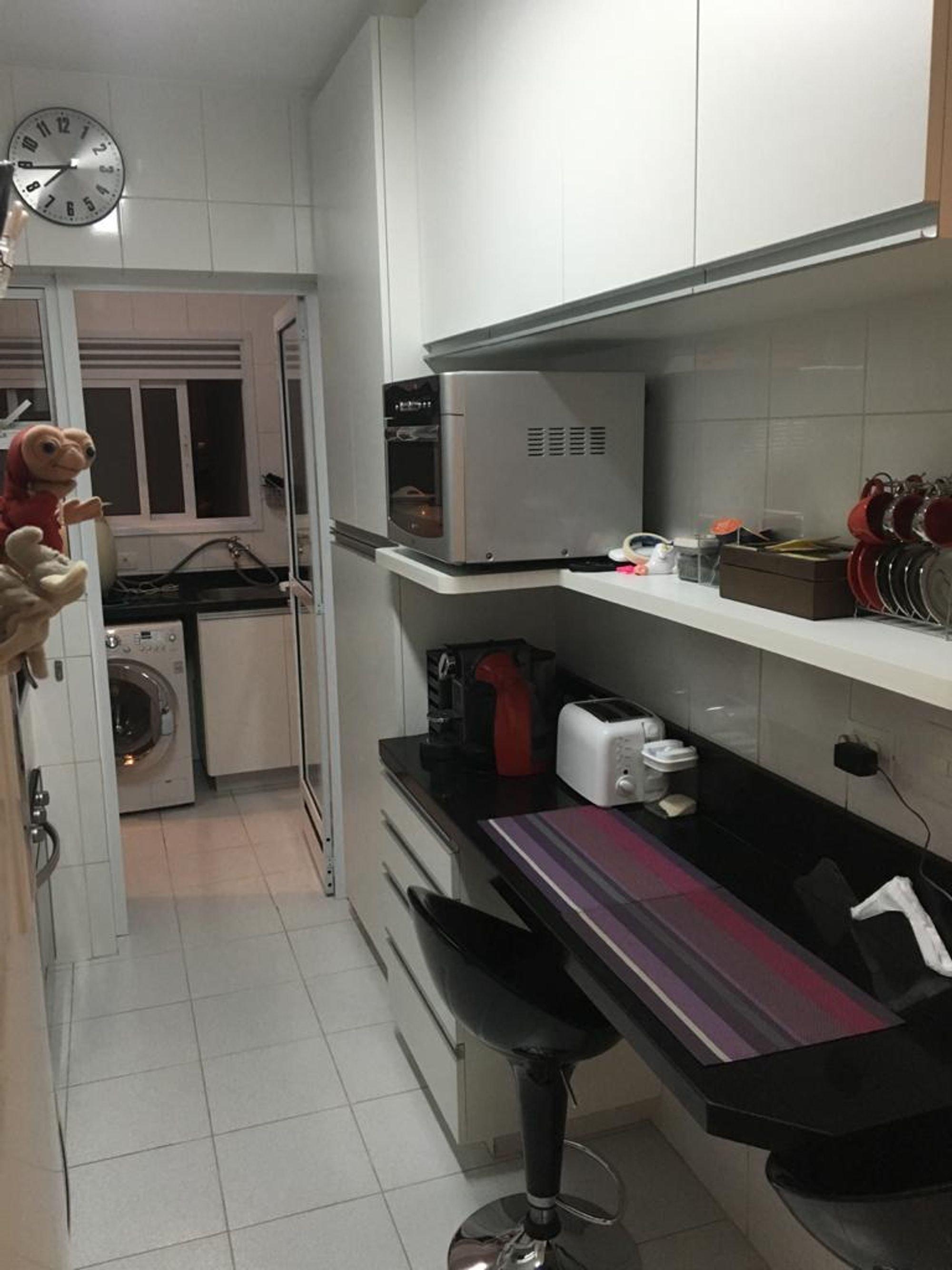 Foto de Cozinha com cadeira, microondas, relógio