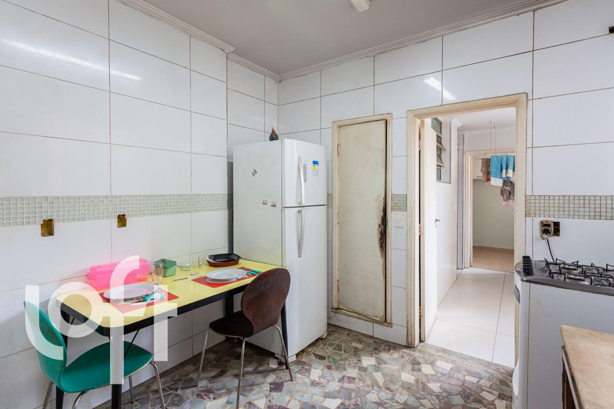 Foto de Cozinha com geladeira, cadeira, mesa de jantar