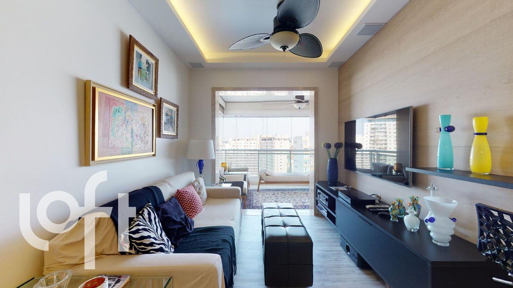 Foto de Sala com sofá, vaso