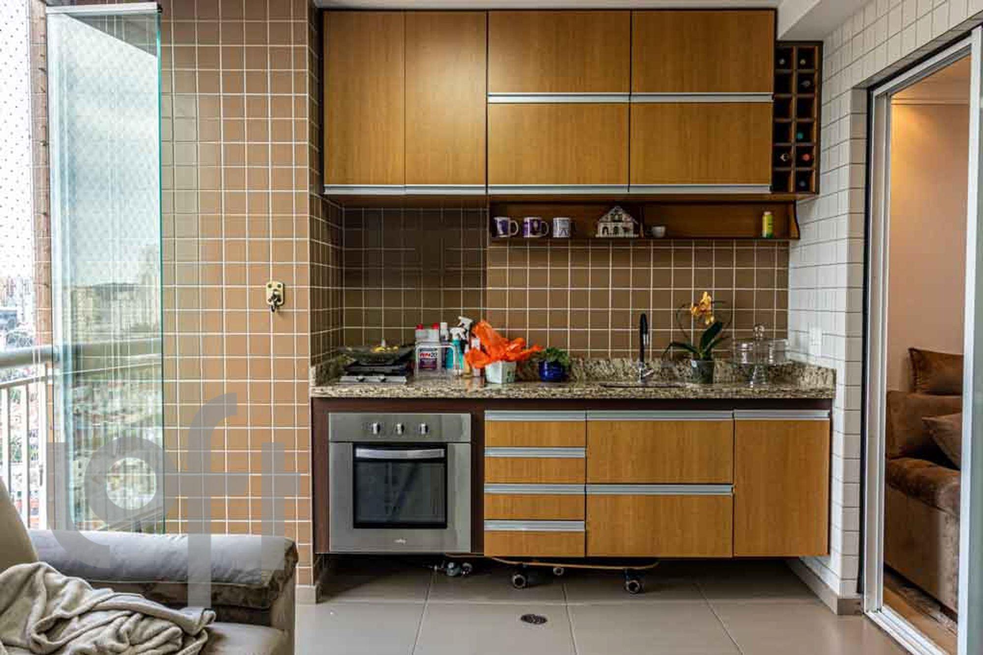 Foto de Cozinha com forno, sofá, garrafa