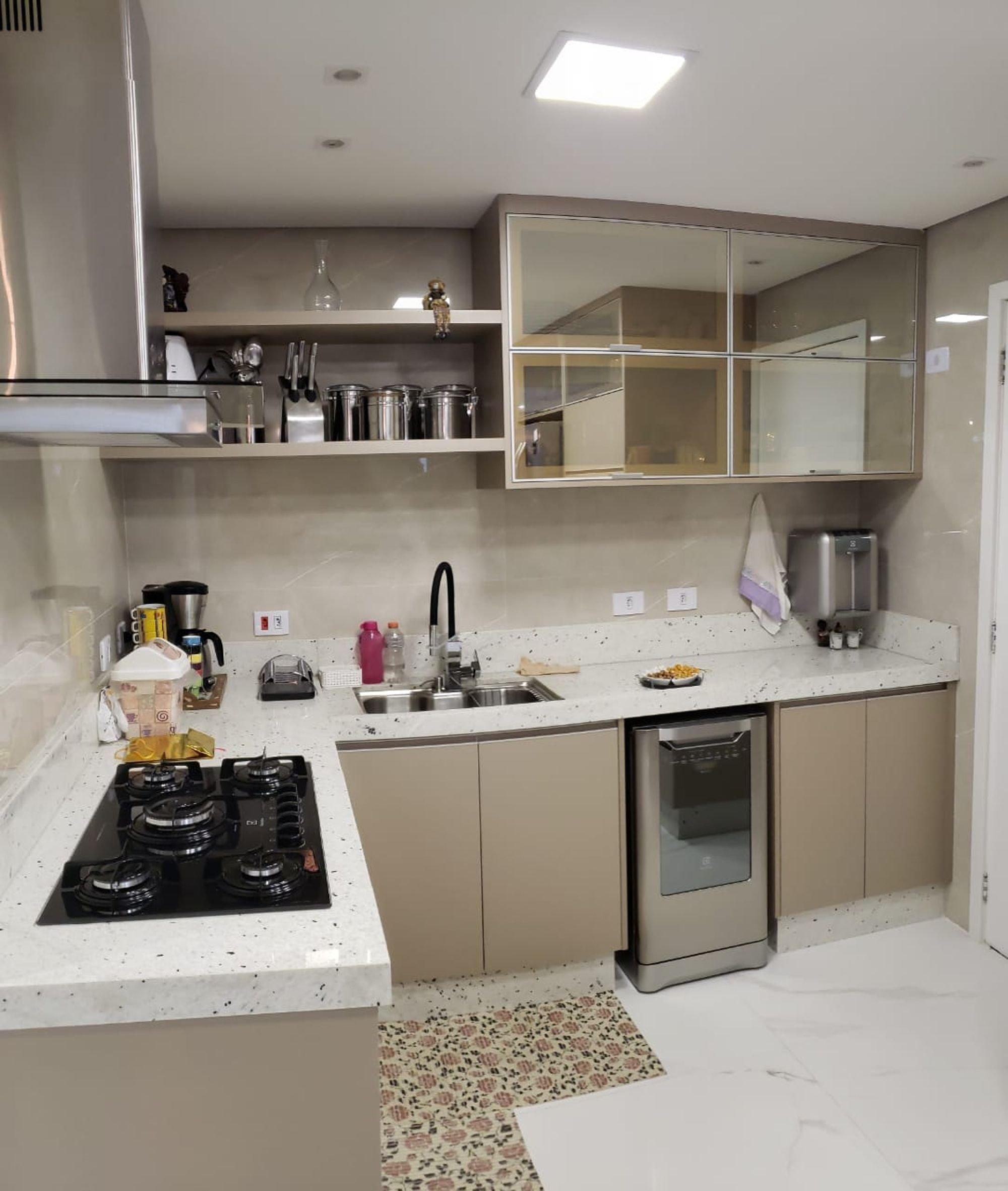 Foto de Cozinha com garrafa, forno, pia, microondas