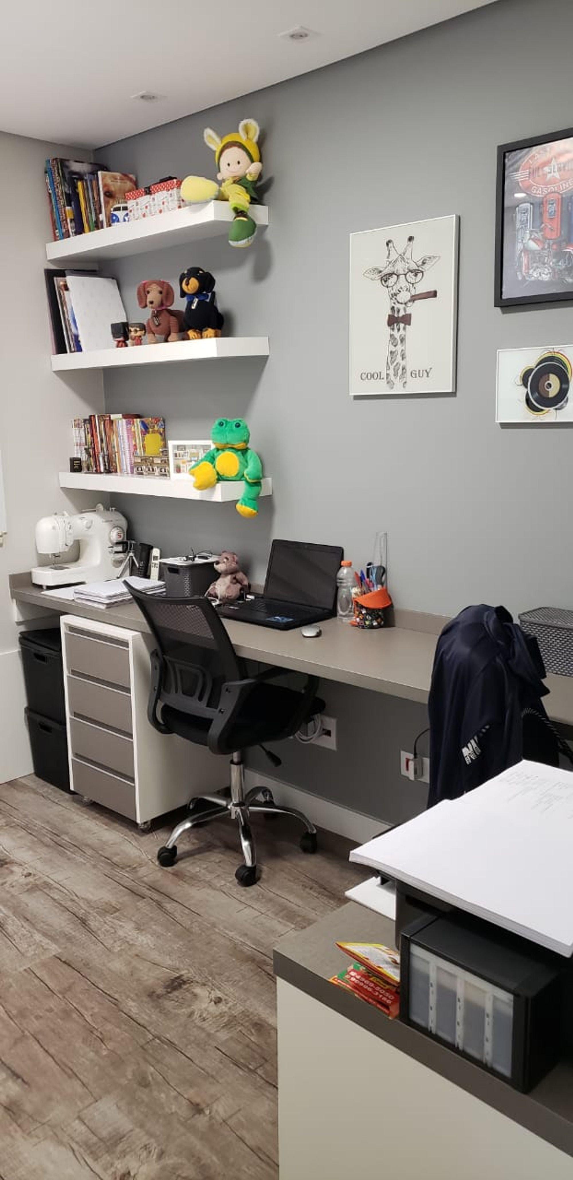 Foto de Quarto com computador portátil, cadeira, livro
