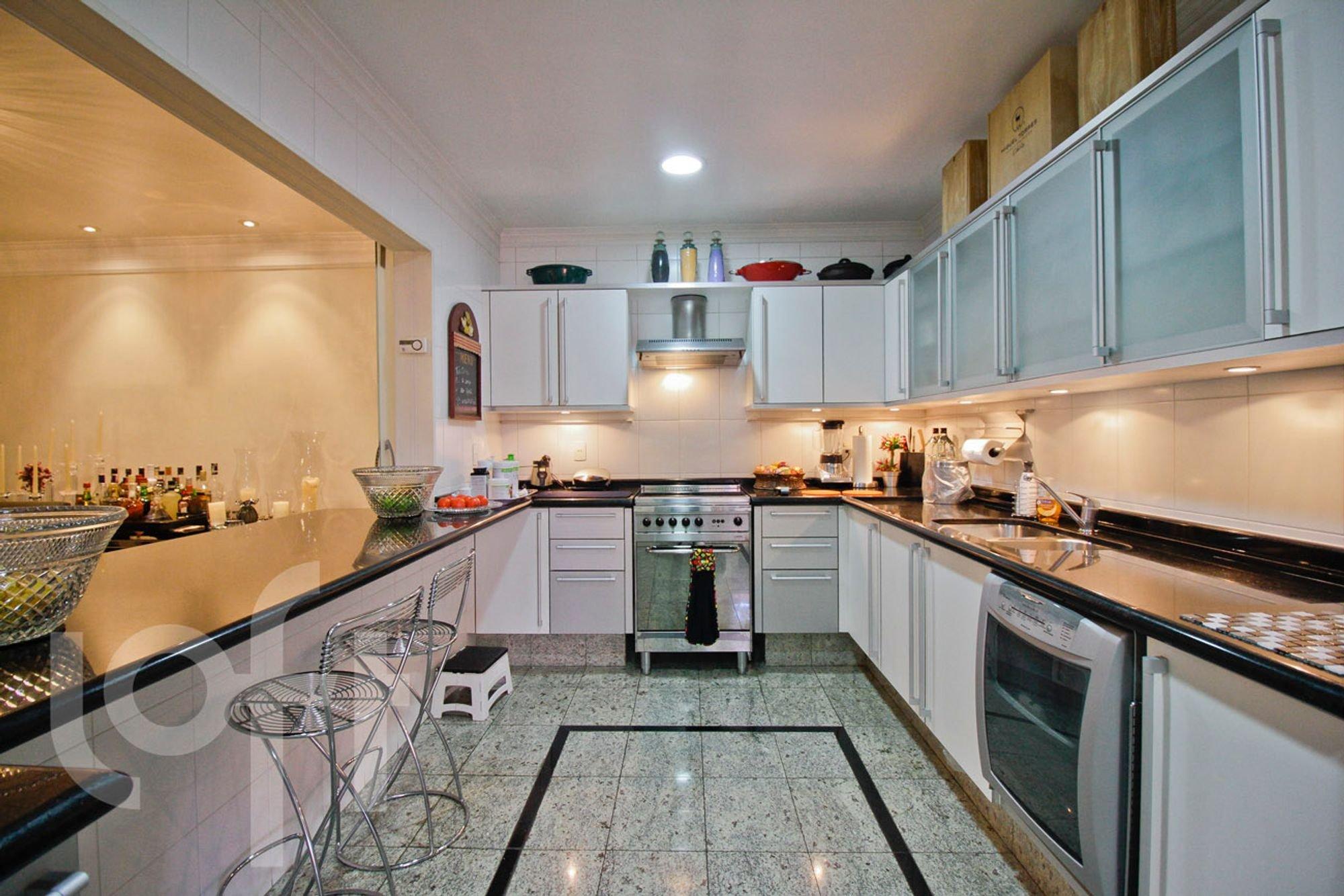 Foto de Cozinha com garrafa, forno, tigela, pia, cadeira