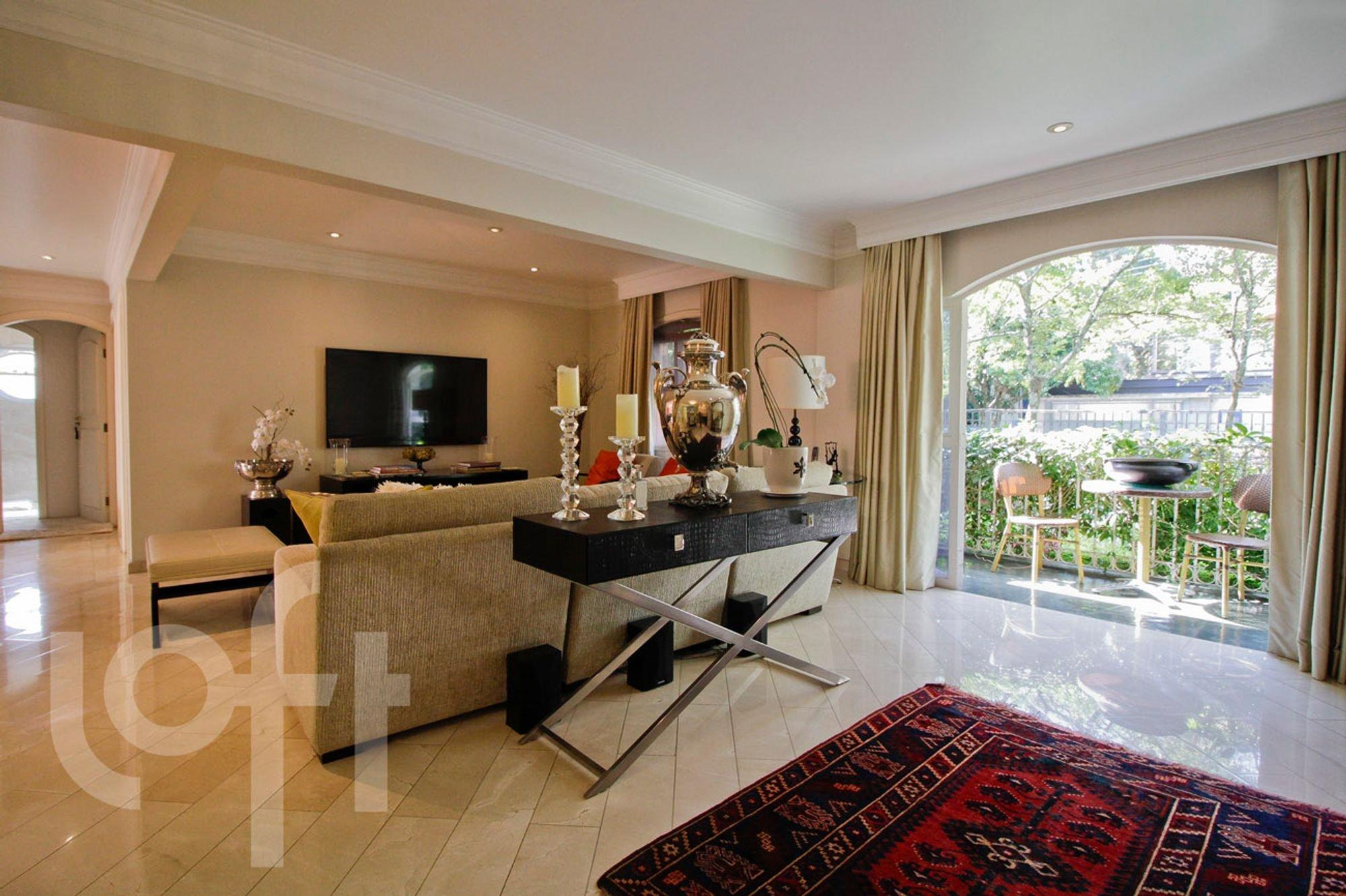Foto de Sala com sofá, vaso, tigela, cadeira