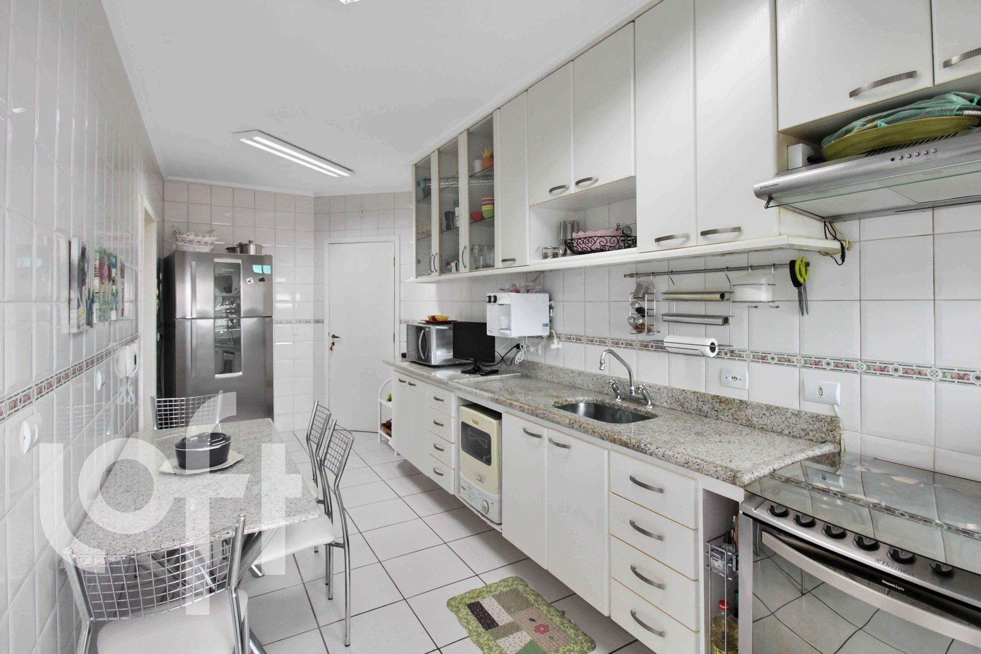 Foto de Cozinha com forno, tigela, cadeira, pia, microondas