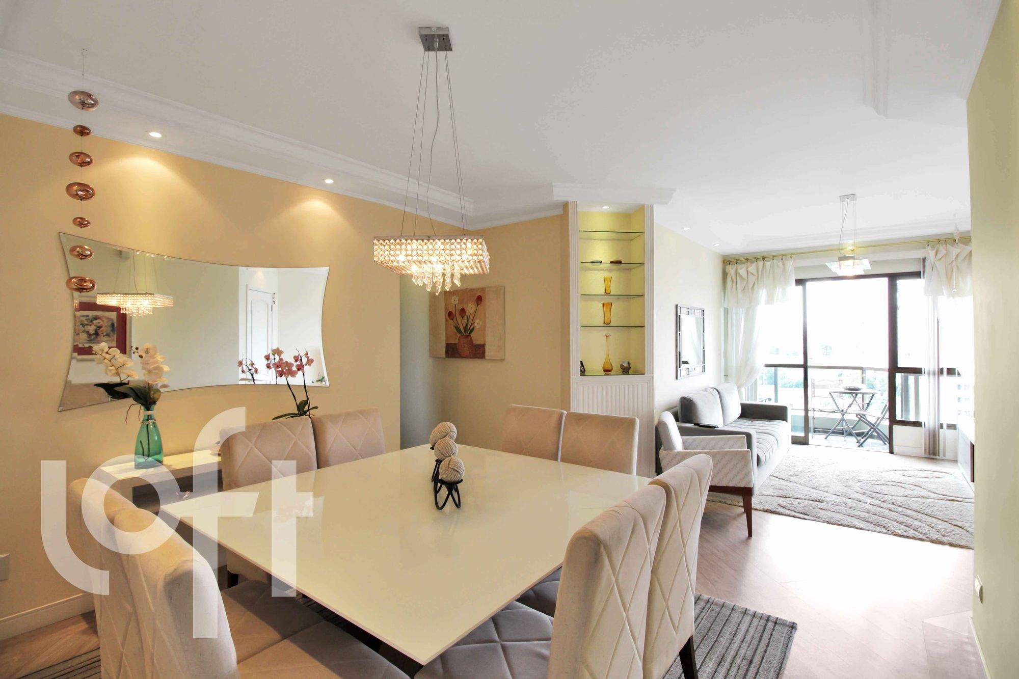 Foto de Sala com sofá, vaso, cadeira, mesa de jantar
