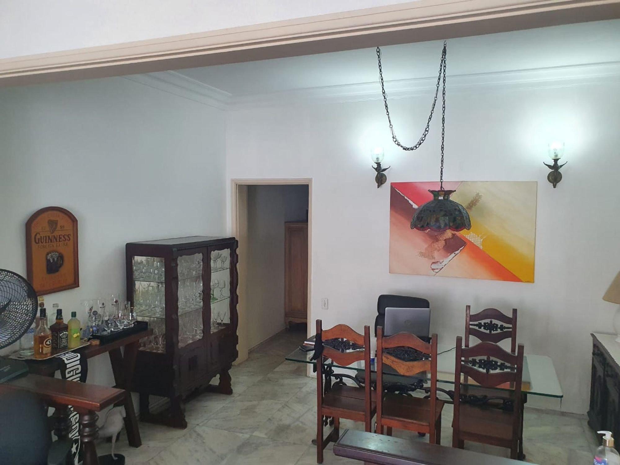 Foto de Sala com cama, copo de vinho, televisão, garrafa, cadeira