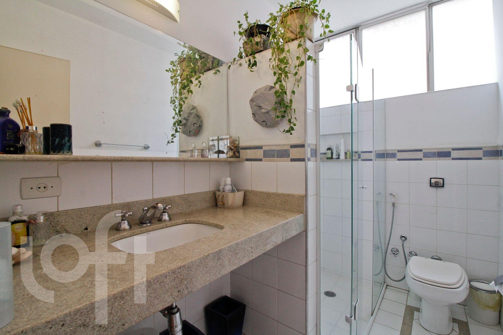 Foto de Banheiro com vaso sanitário, garrafa, pia, xícara
