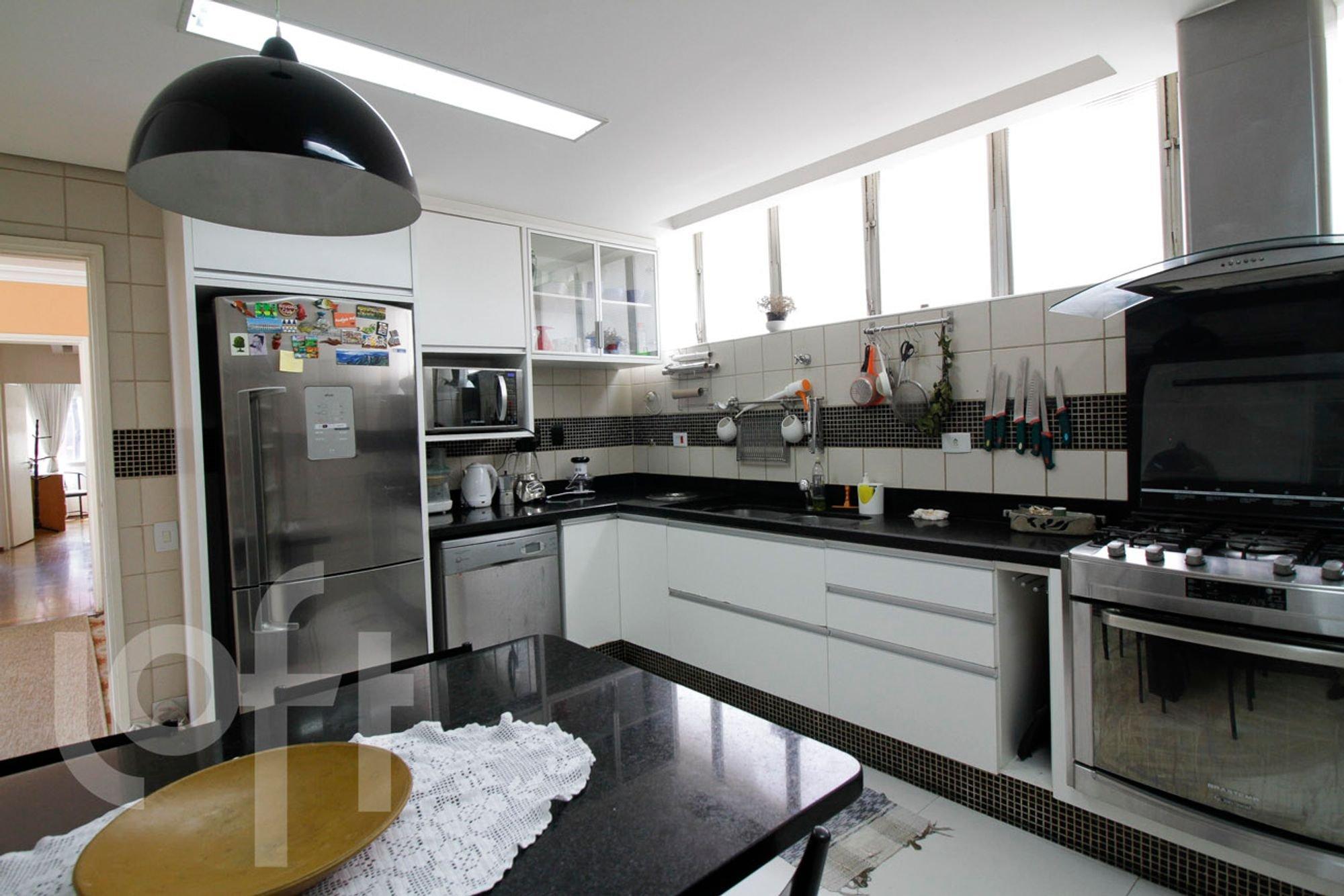 Foto de Cozinha com faca, forno, geladeira, pia, microondas