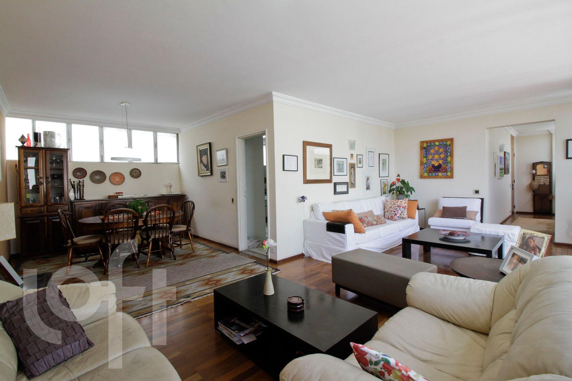 Foto de Sala com vaso de planta, sofá, cadeira, mesa de jantar, livro