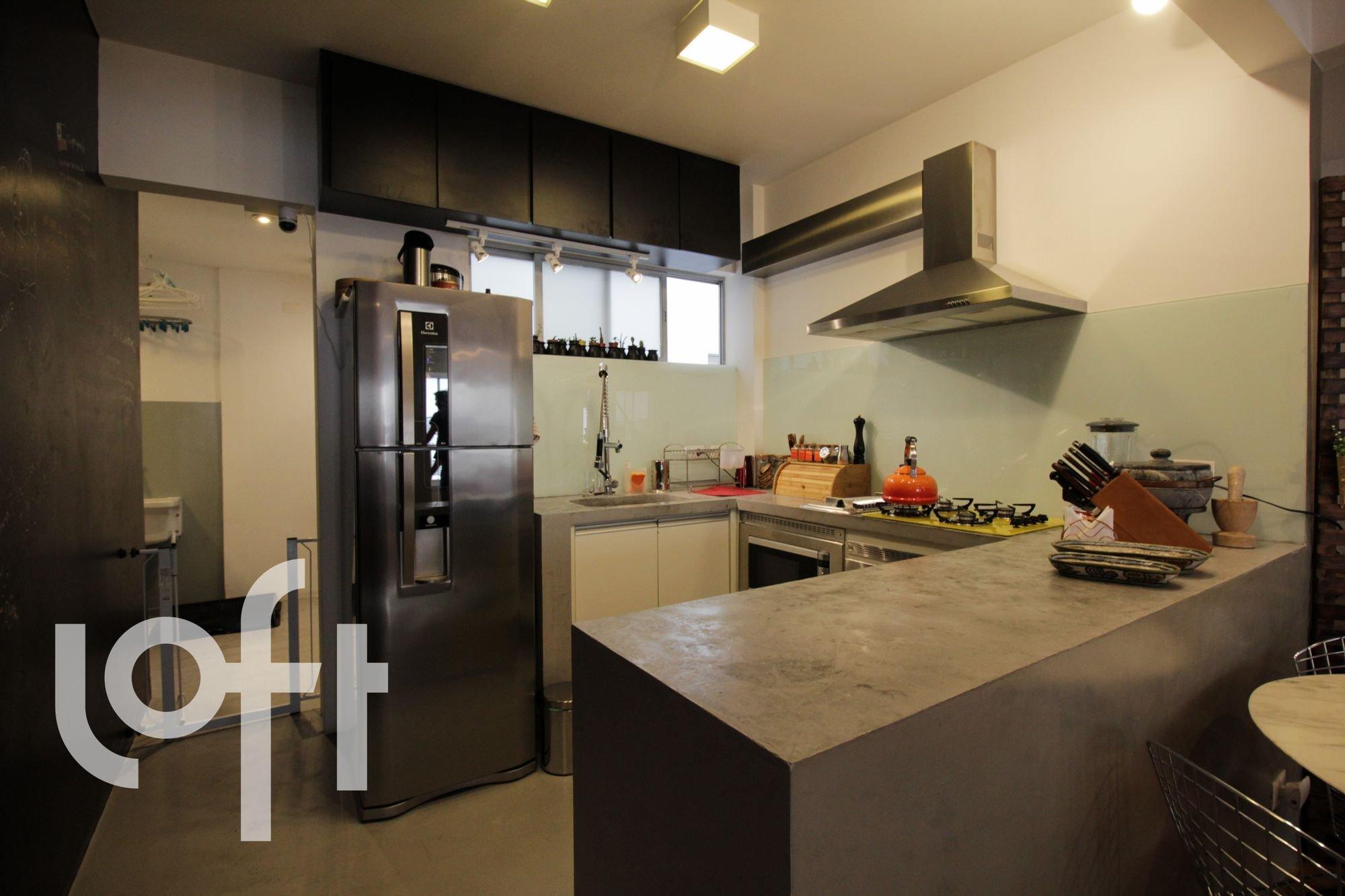 Foto de Cozinha com faca, geladeira, pia, cadeira