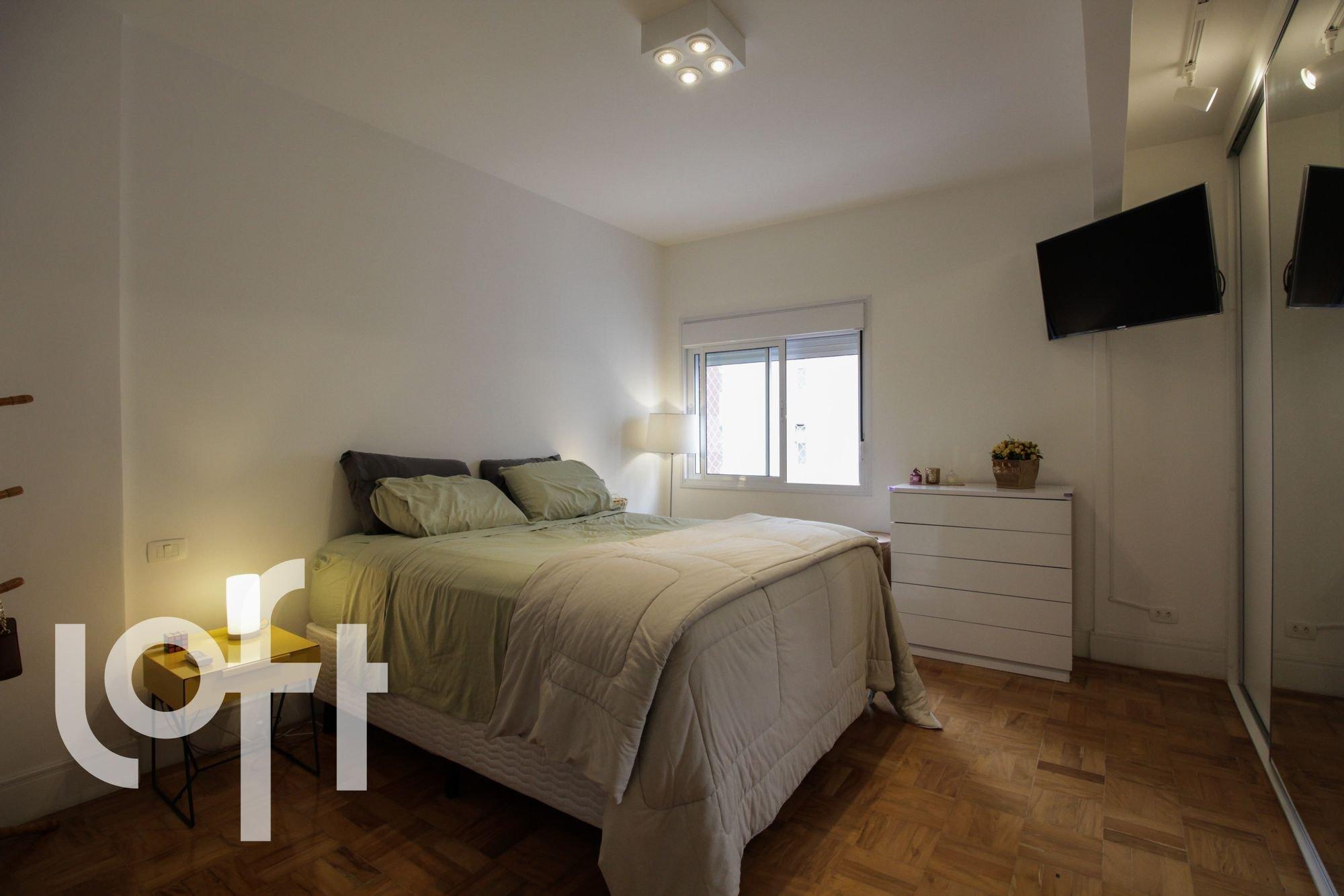 Foto de Quarto com vaso de planta, cama, televisão