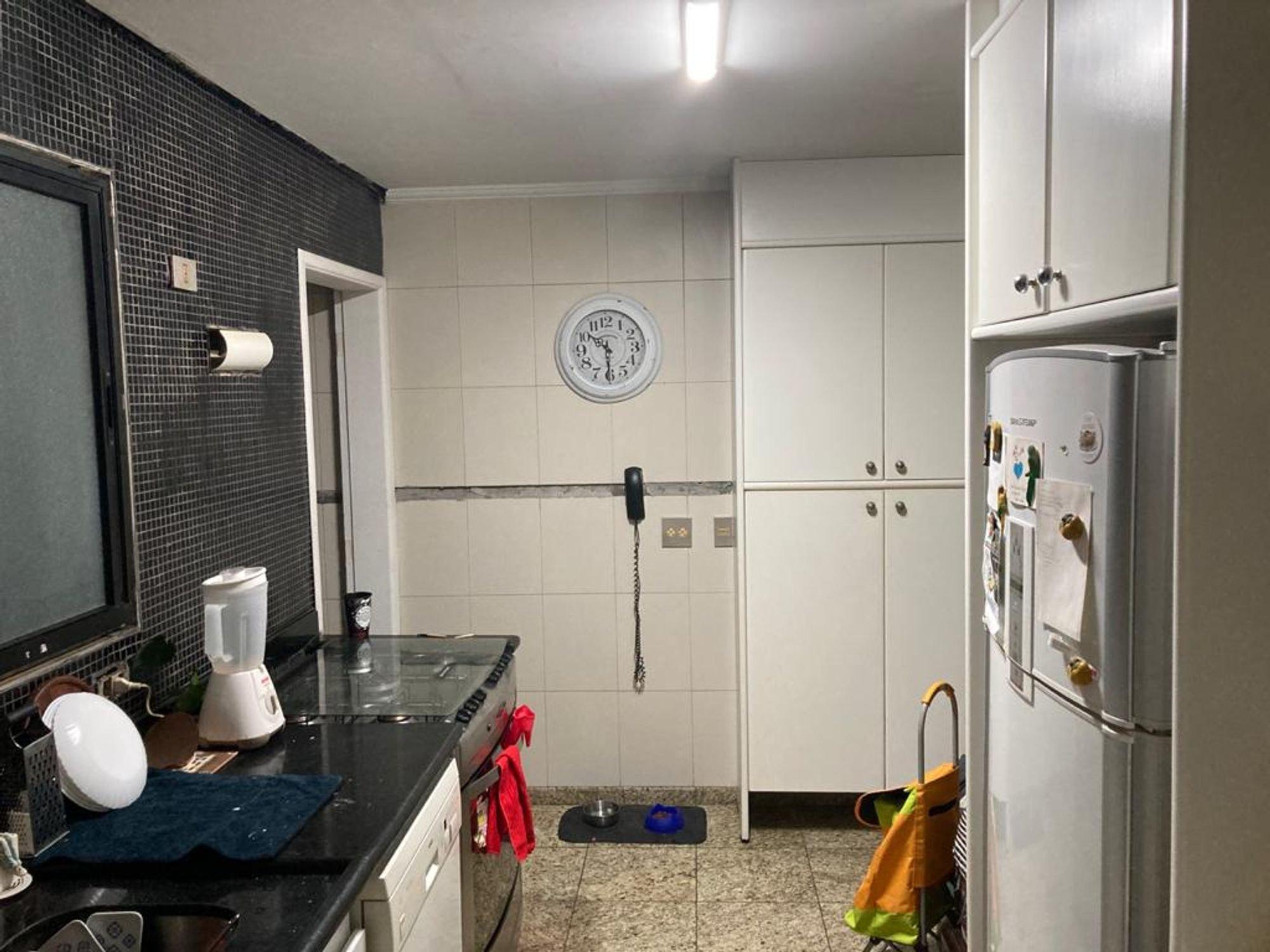 Foto de Cozinha com geladeira, relógio