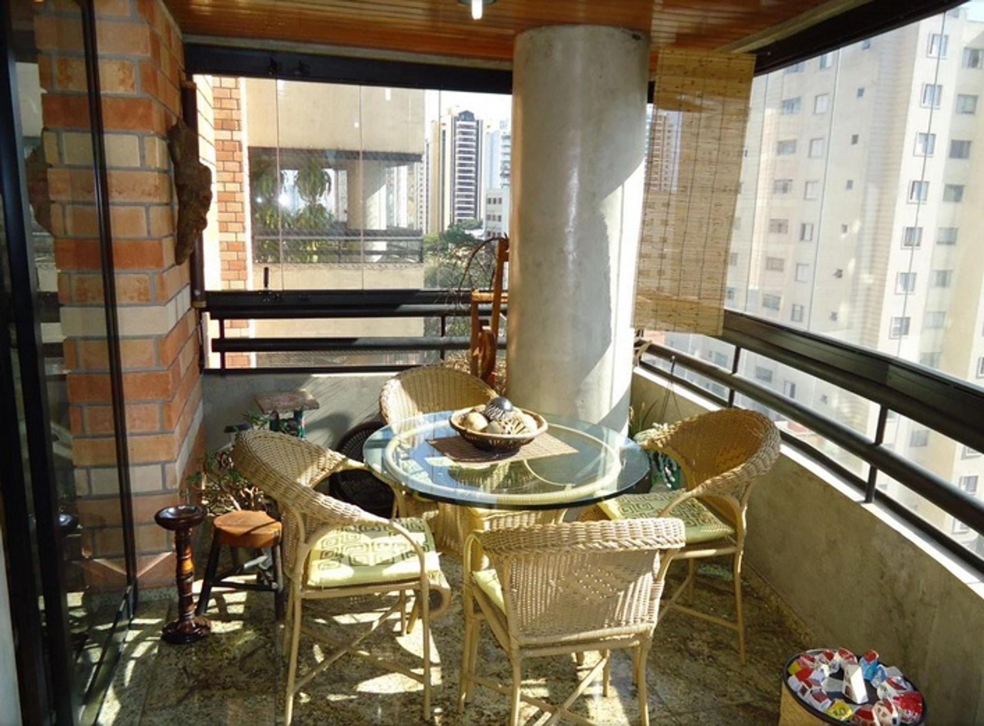 Nesta foto há tigela, cadeira, mesa de jantar