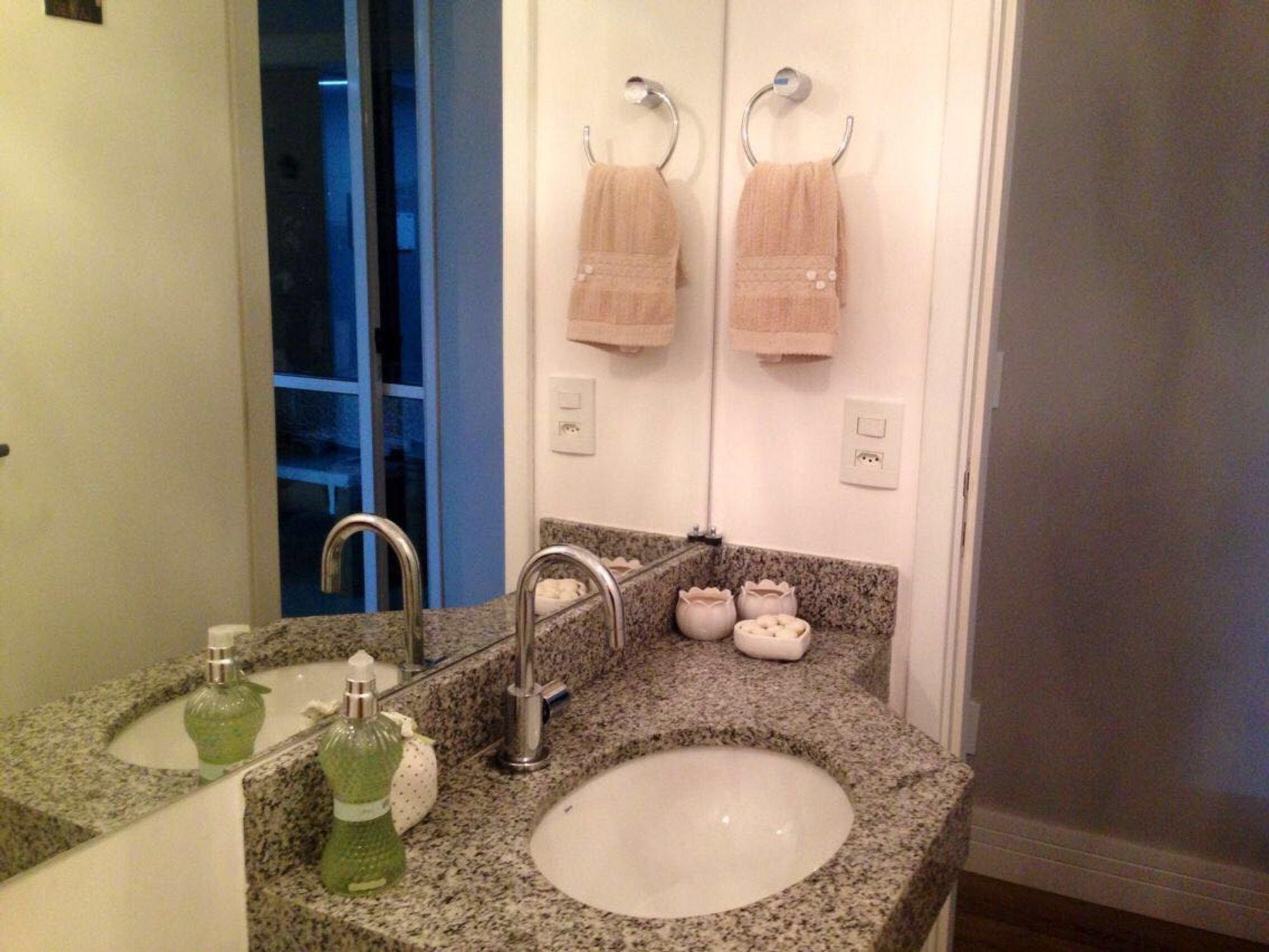 Foto de Banheiro com vaso sanitário, tigela, pia, xícara