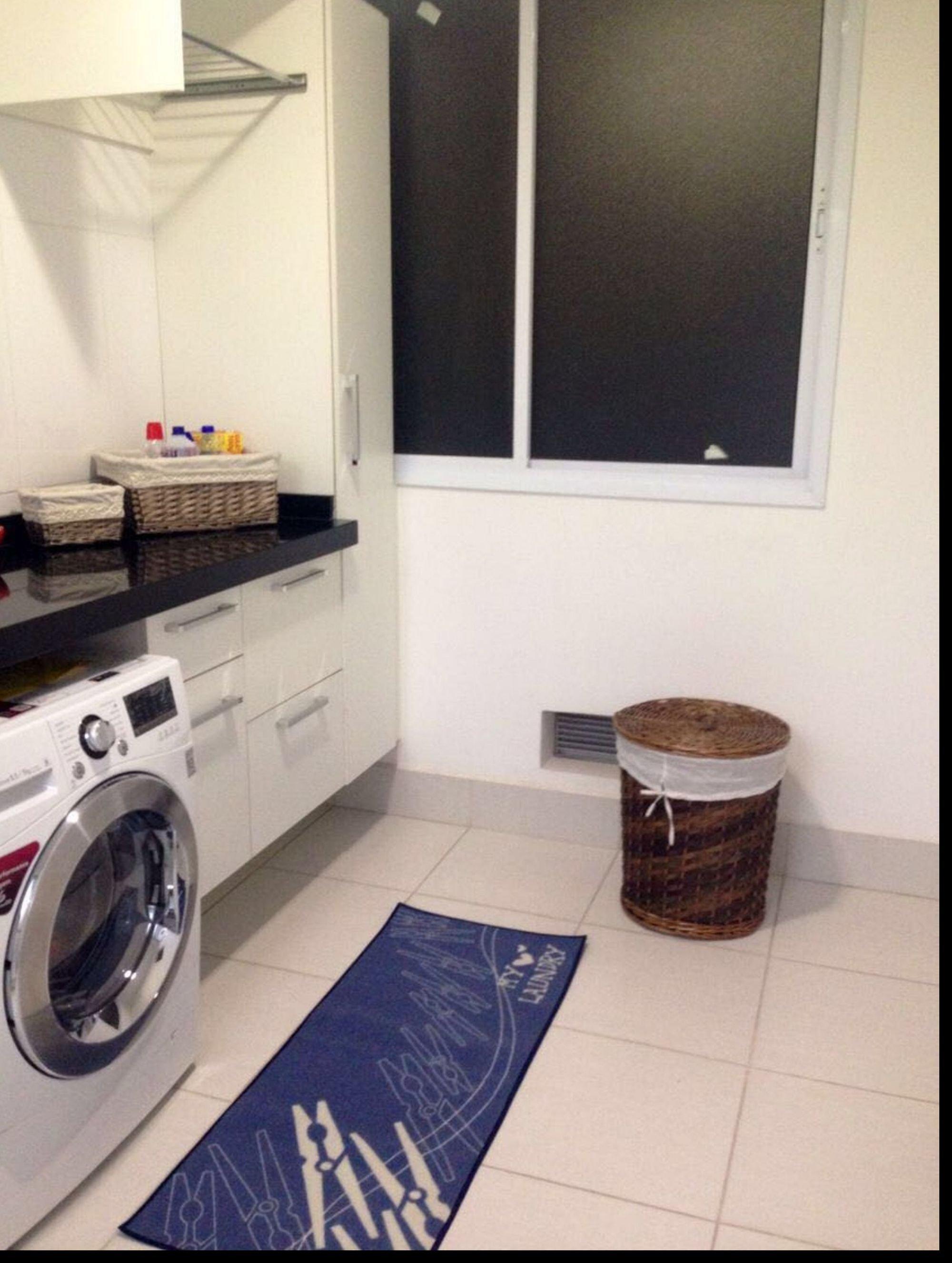 Foto de Cozinha com televisão, forno, pia, cadeira, mesa de jantar, tigela, geladeira, microondas