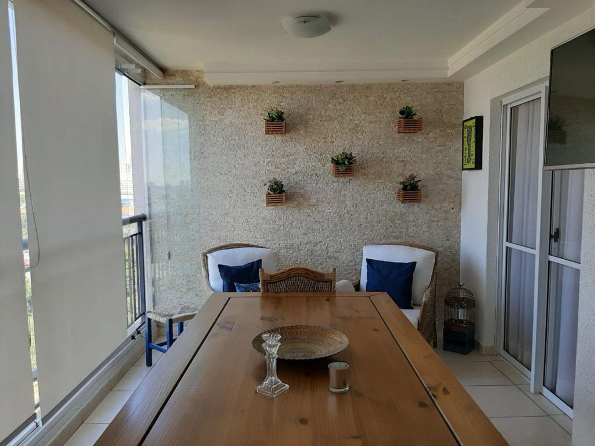 Foto de Sala com vaso de planta, cadeira, mesa de jantar, xícara
