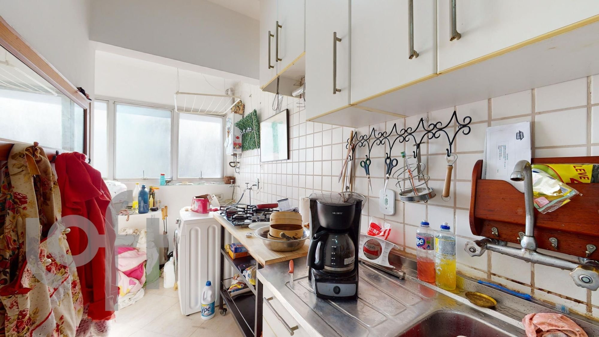 Foto de Cozinha com vaso de planta, garrafa, tigela, pia