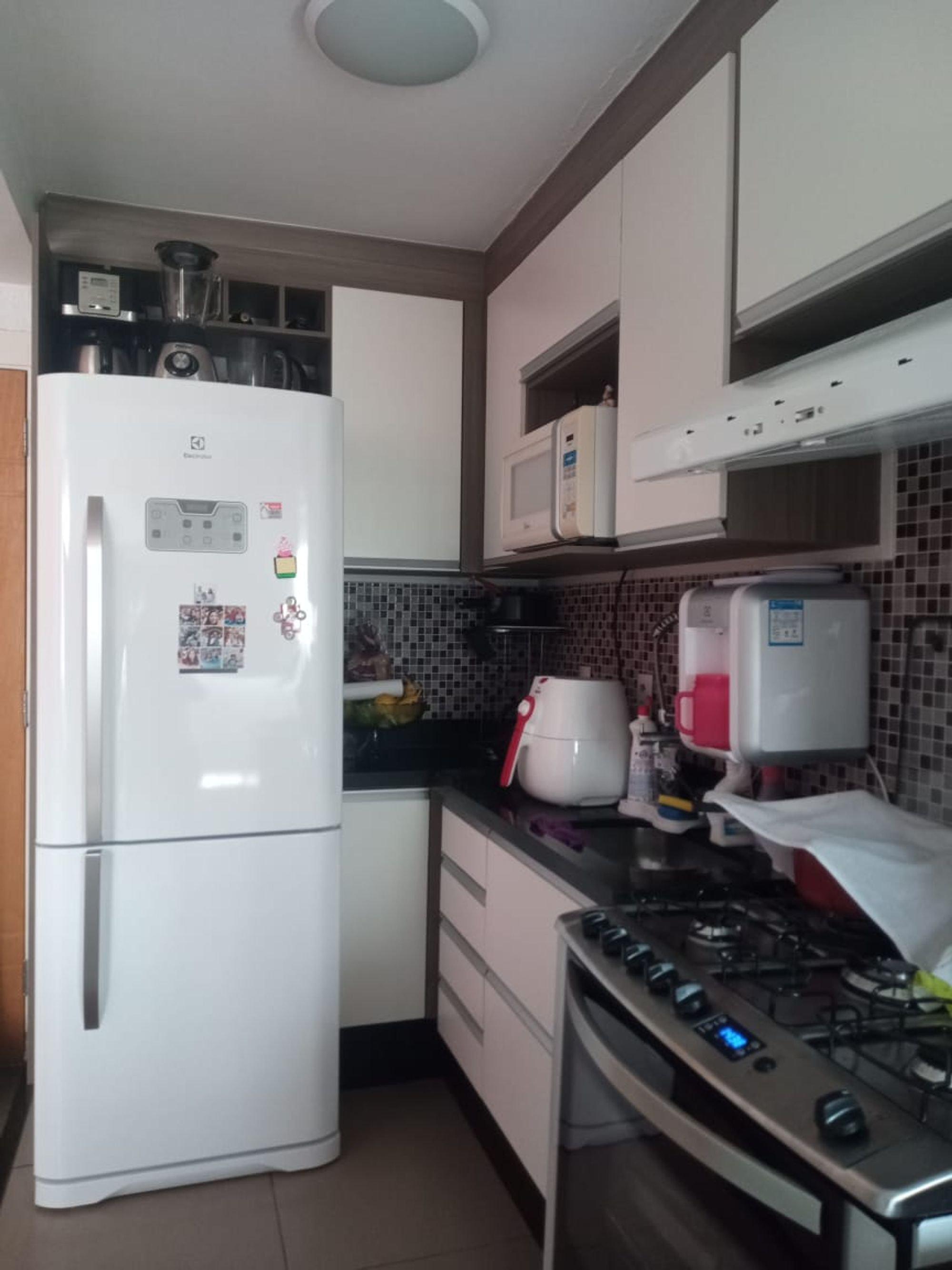 Foto de Cozinha com garrafa, forno, geladeira, torradeira, microondas