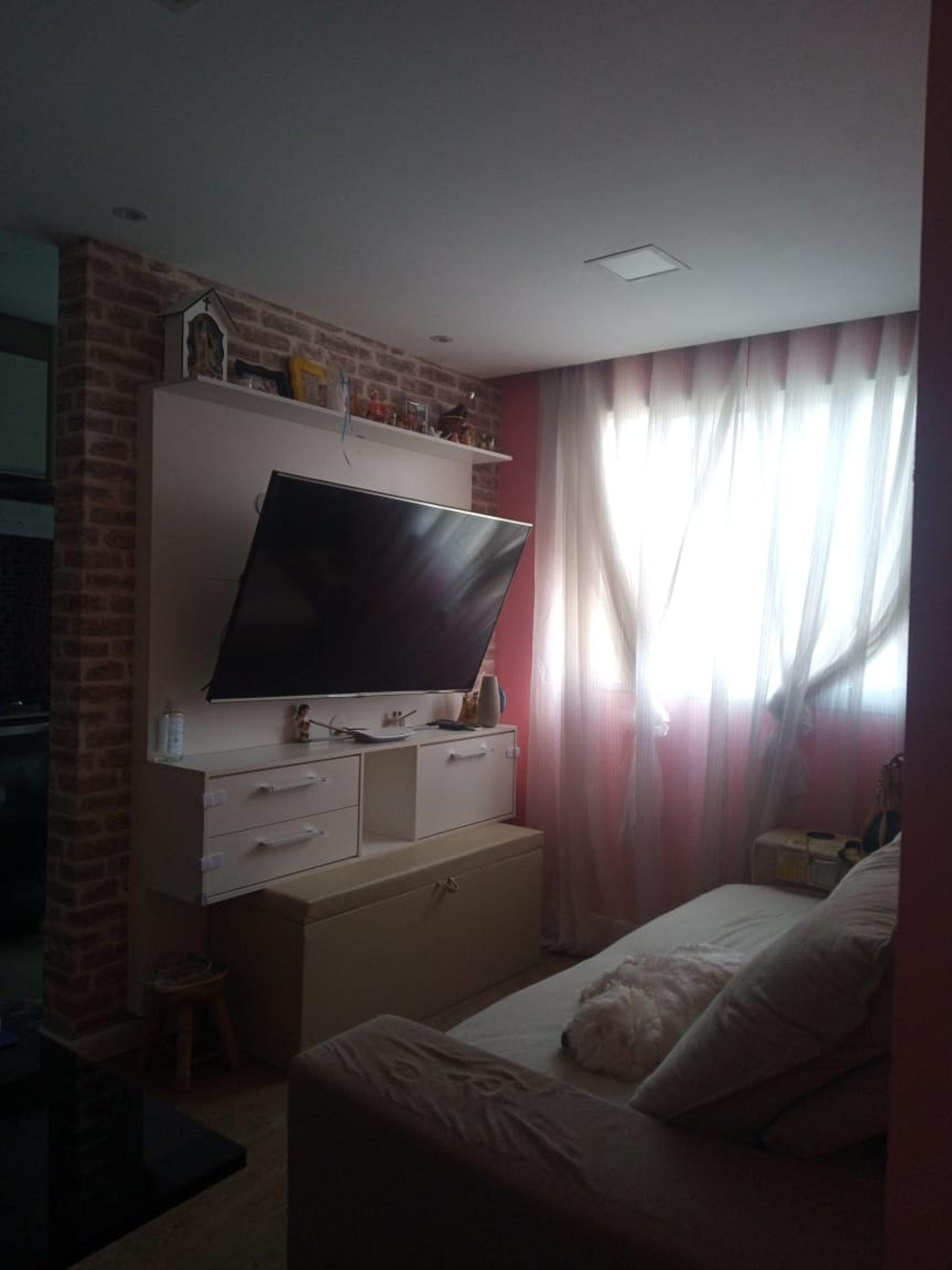 Foto de Quarto com cama, televisão