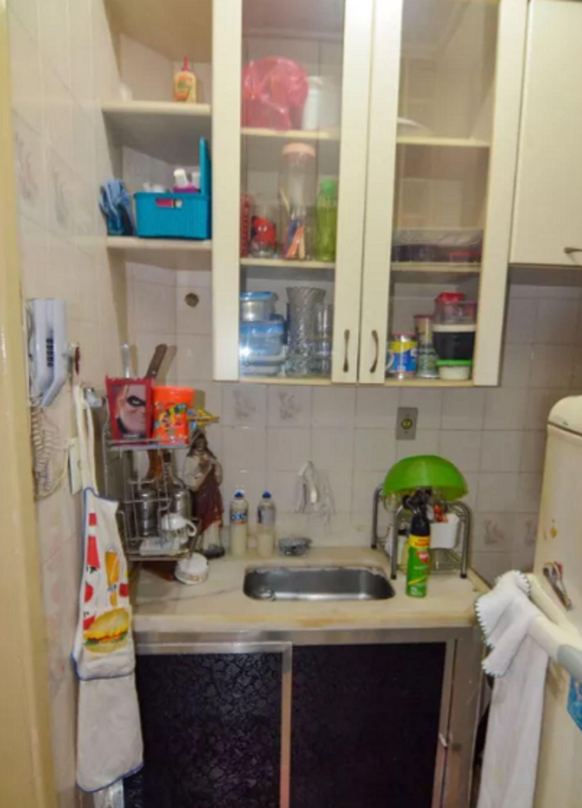 Foto de Cozinha com garrafa, tigela, geladeira, pia