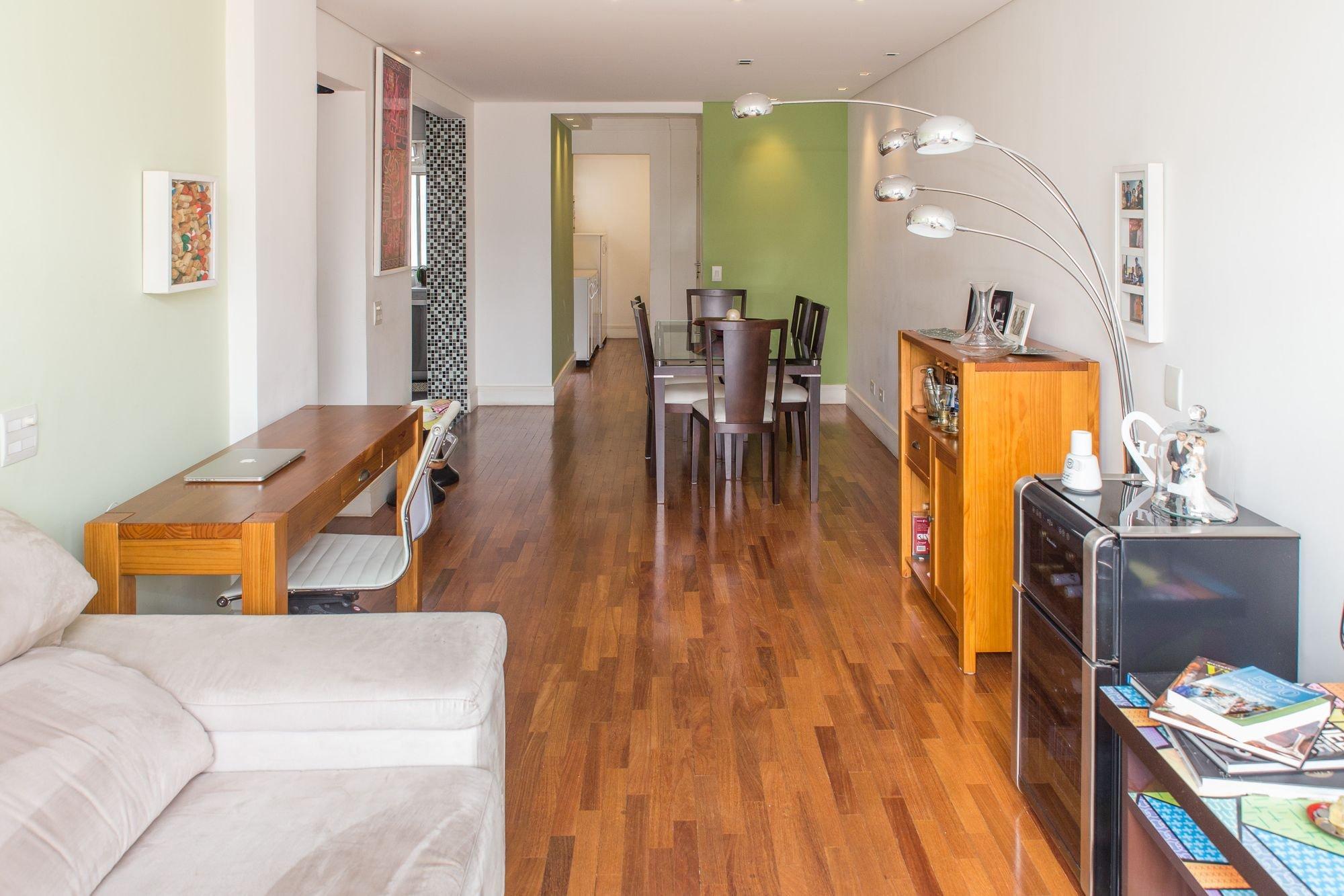 Foto de Sala com sofá, garrafa, forno, banco, cadeira, livro