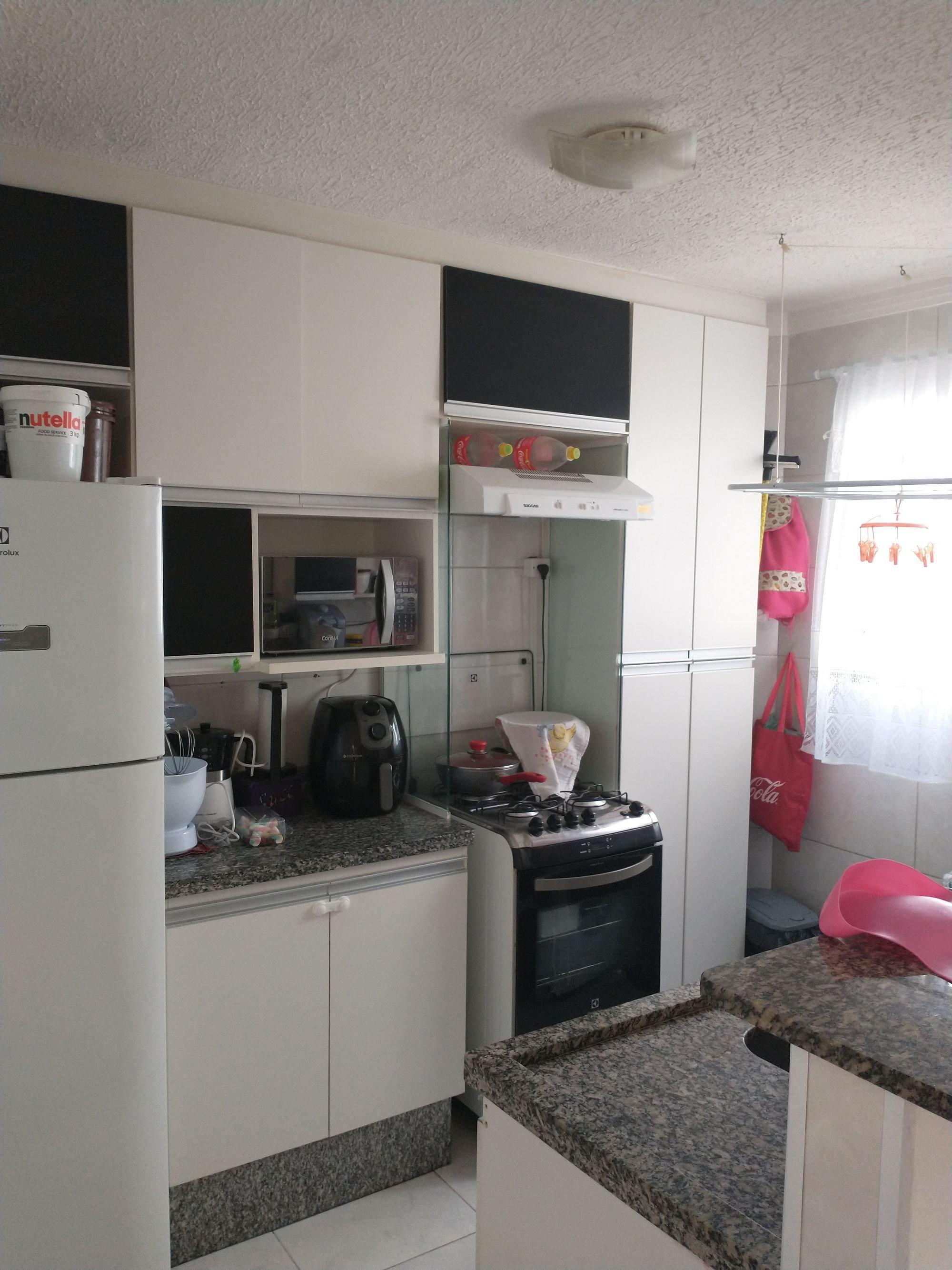 Foto de Cozinha com televisão, forno, tigela, geladeira, microondas