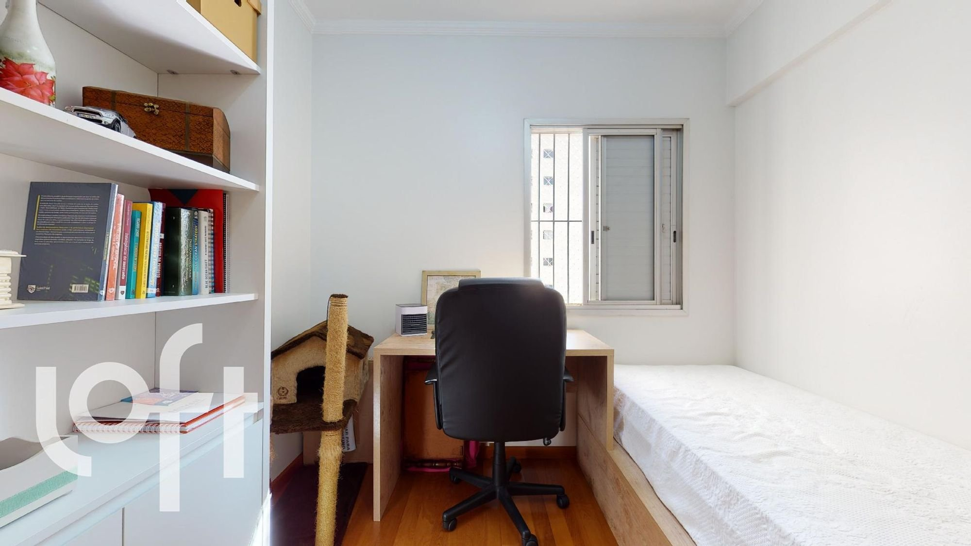 Nesta foto há cadeira, livro, xícara