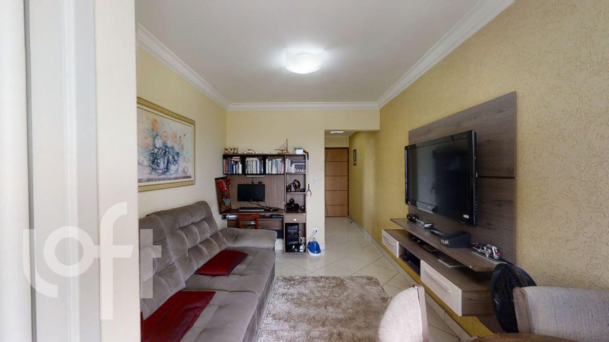 Foto de Sala com sofá, televisão, livro