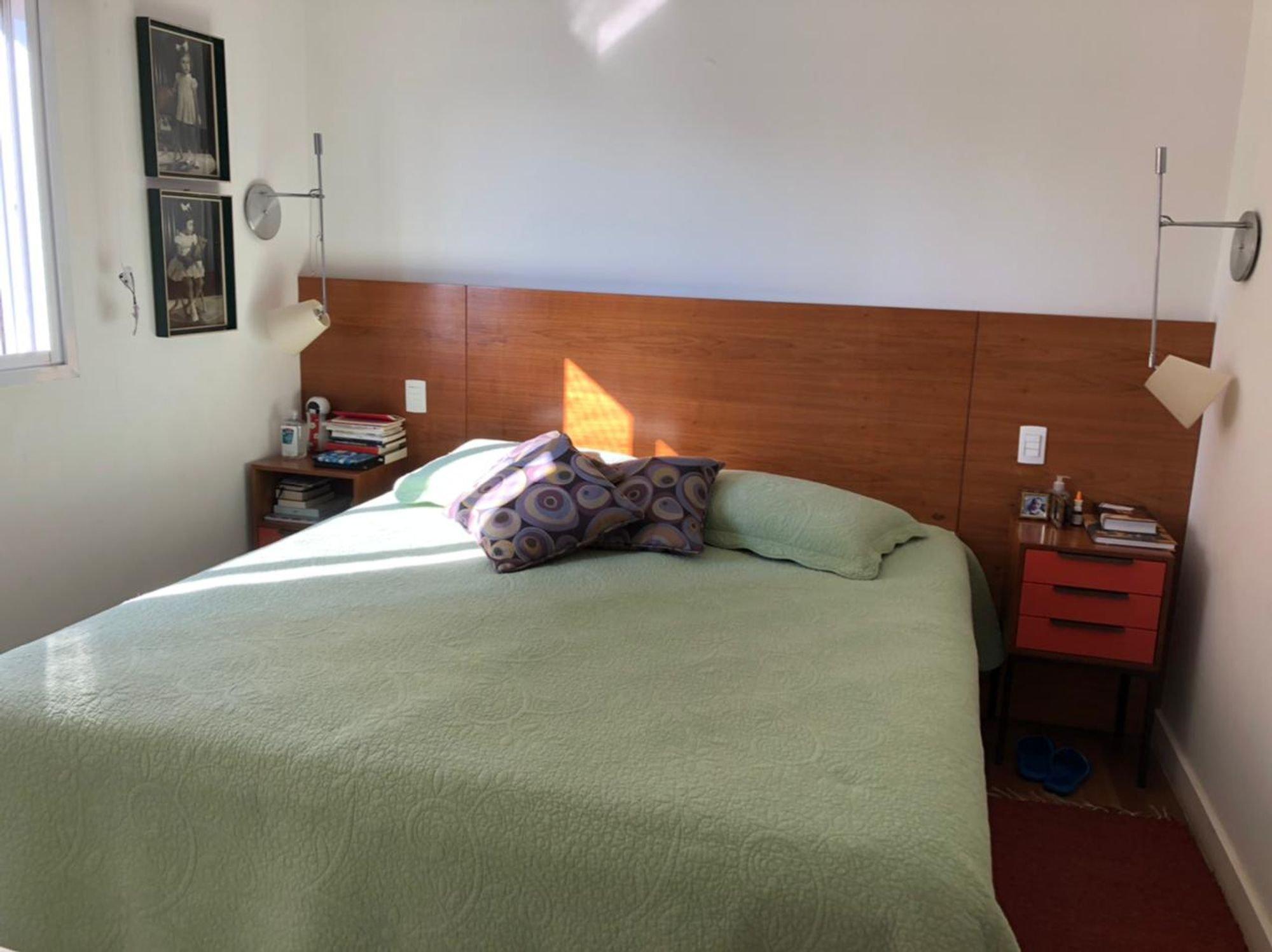 Foto de Quarto com cama, garrafa