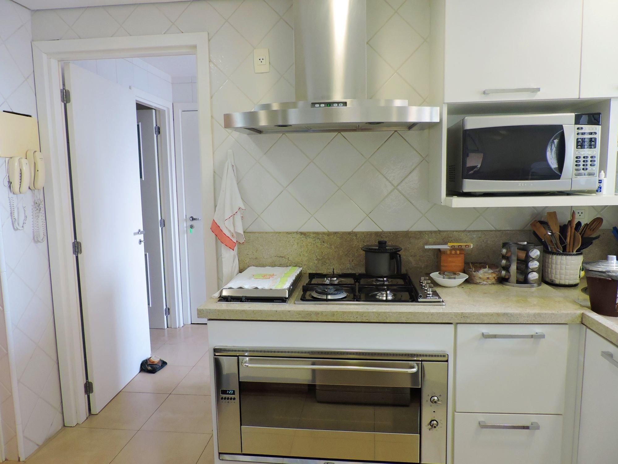 Foto de Cozinha com colher, forno, tigela, microondas