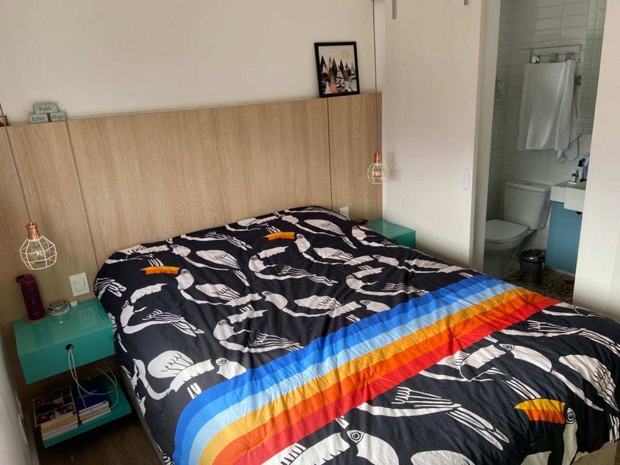 Foto de Quarto com cama, vaso sanitário