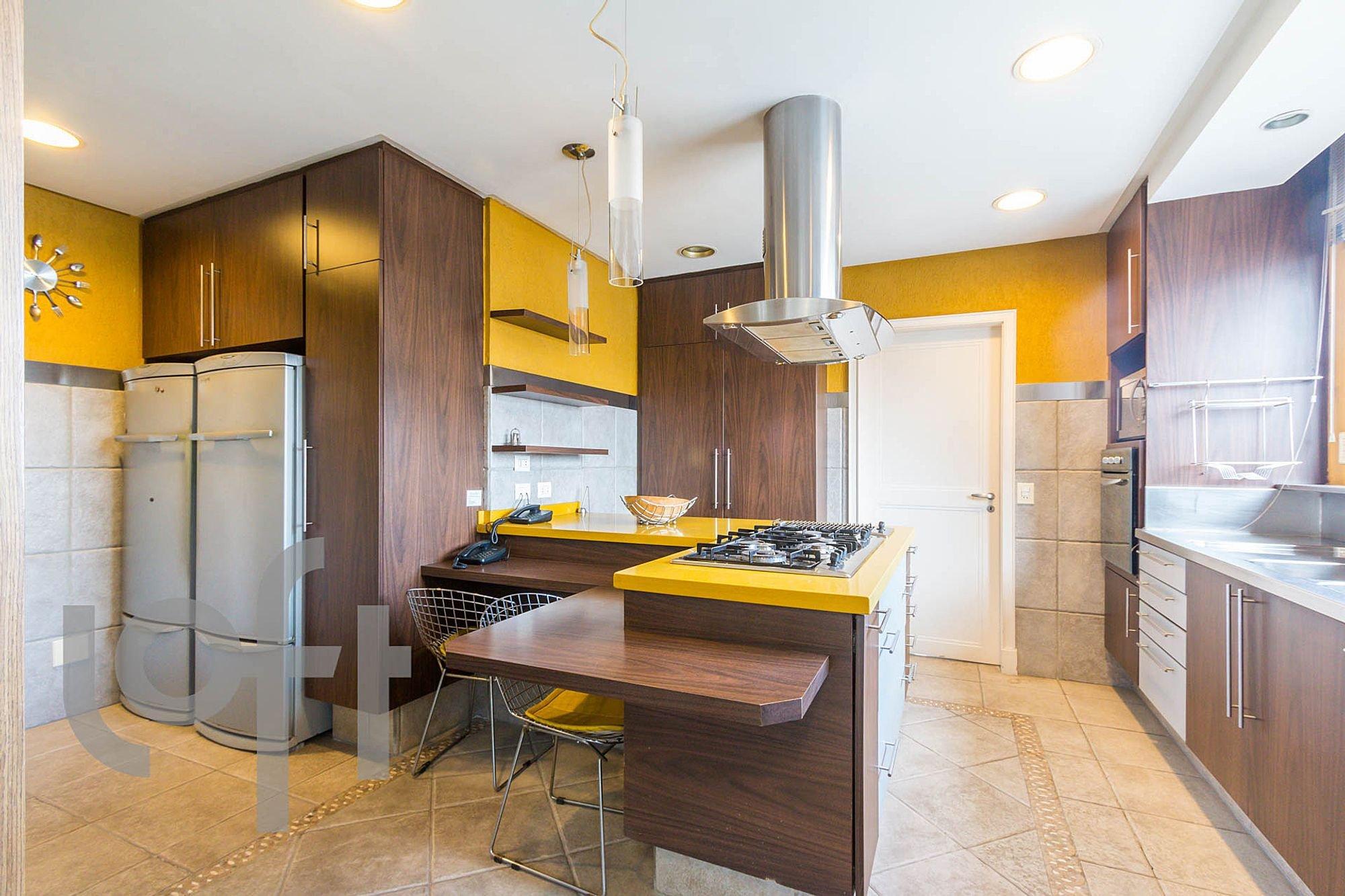 Foto de Cozinha com tigela, geladeira, mesa de jantar