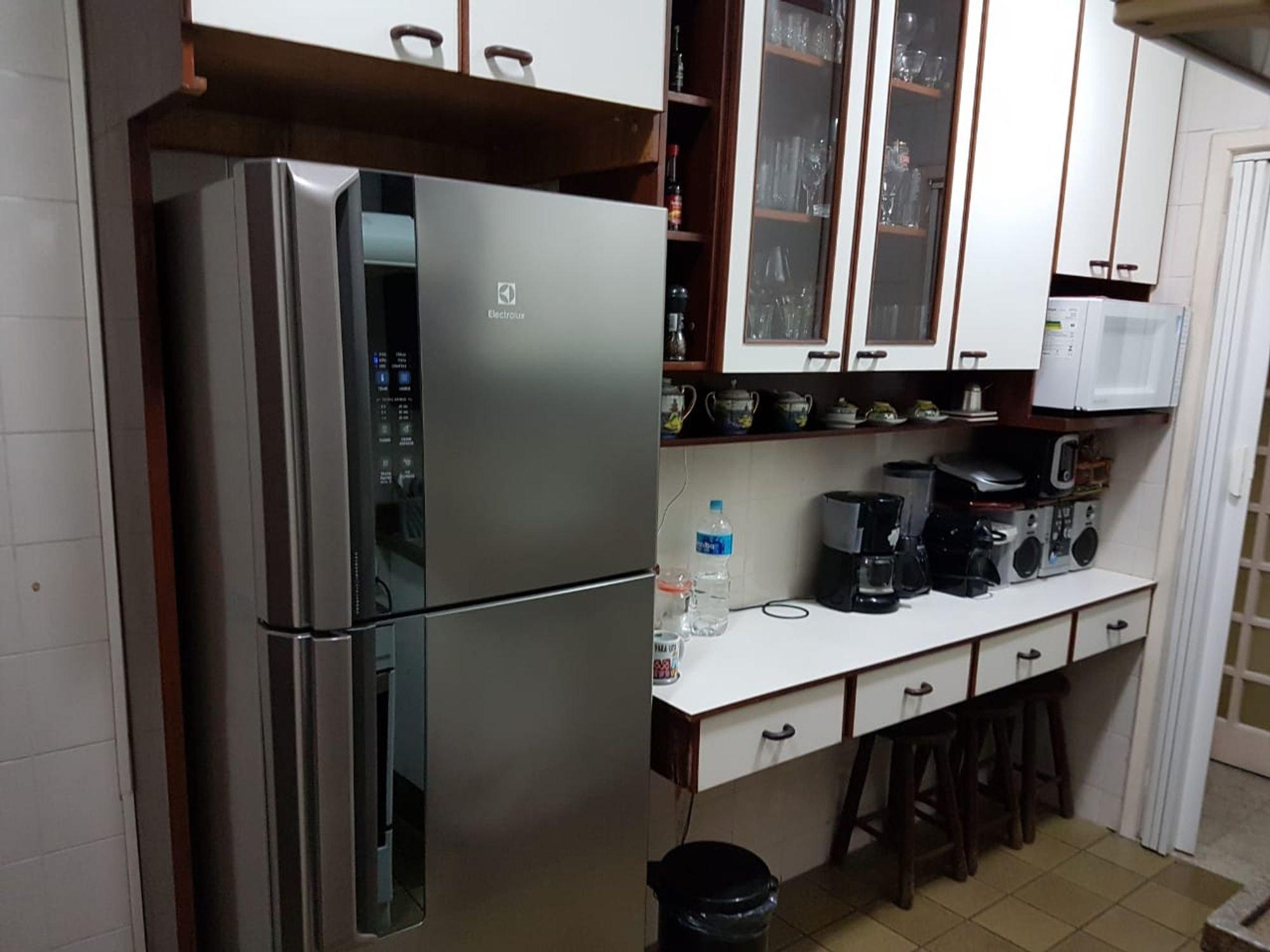 Foto de Cozinha com copo de vinho, garrafa, geladeira, xícara