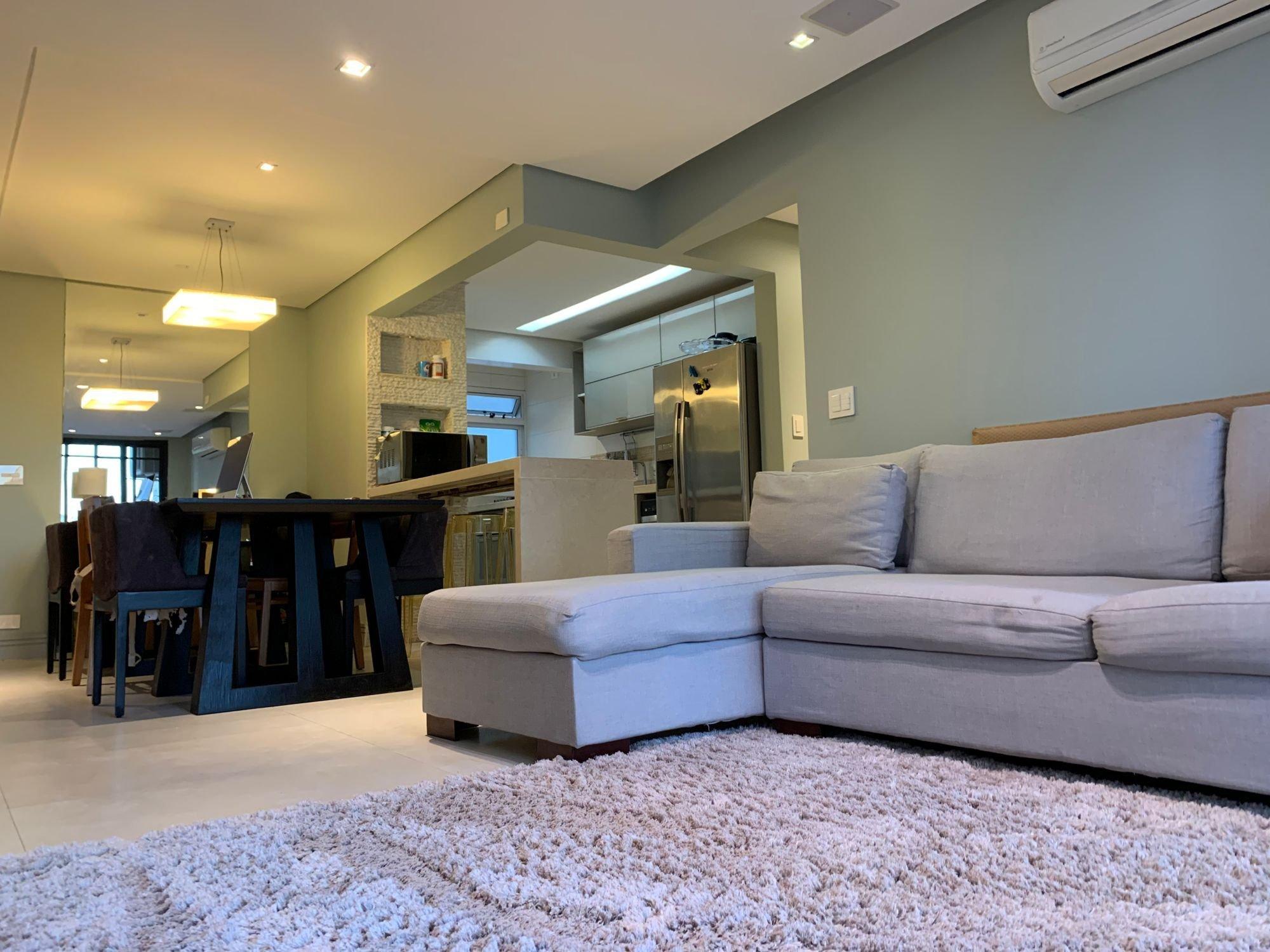 Foto de Sala com sofá, geladeira, cadeira, microondas