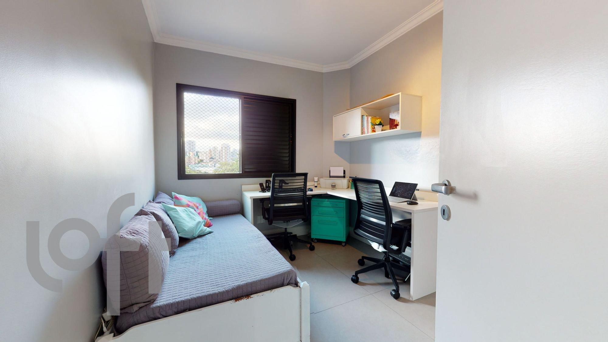 Foto de Quarto com cama, computador portátil, cadeira