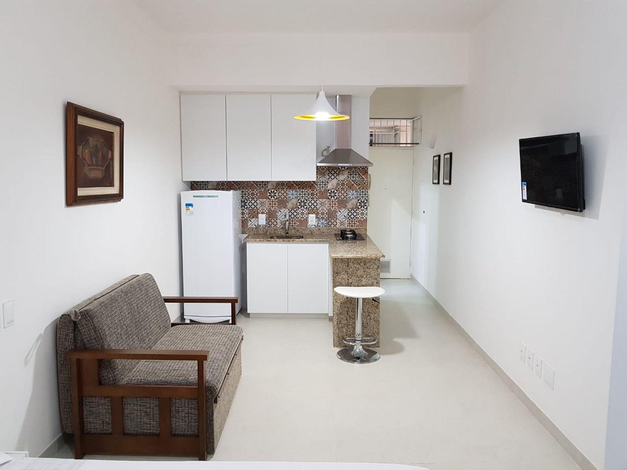 Foto de Cozinha com sofá, geladeira, televisão