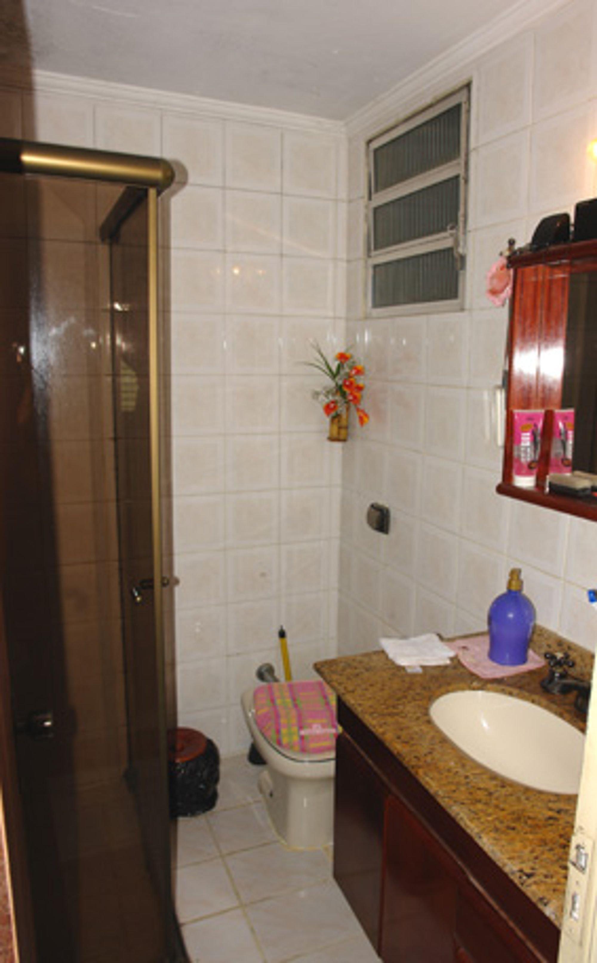 Foto de Banheiro com pia, vaso