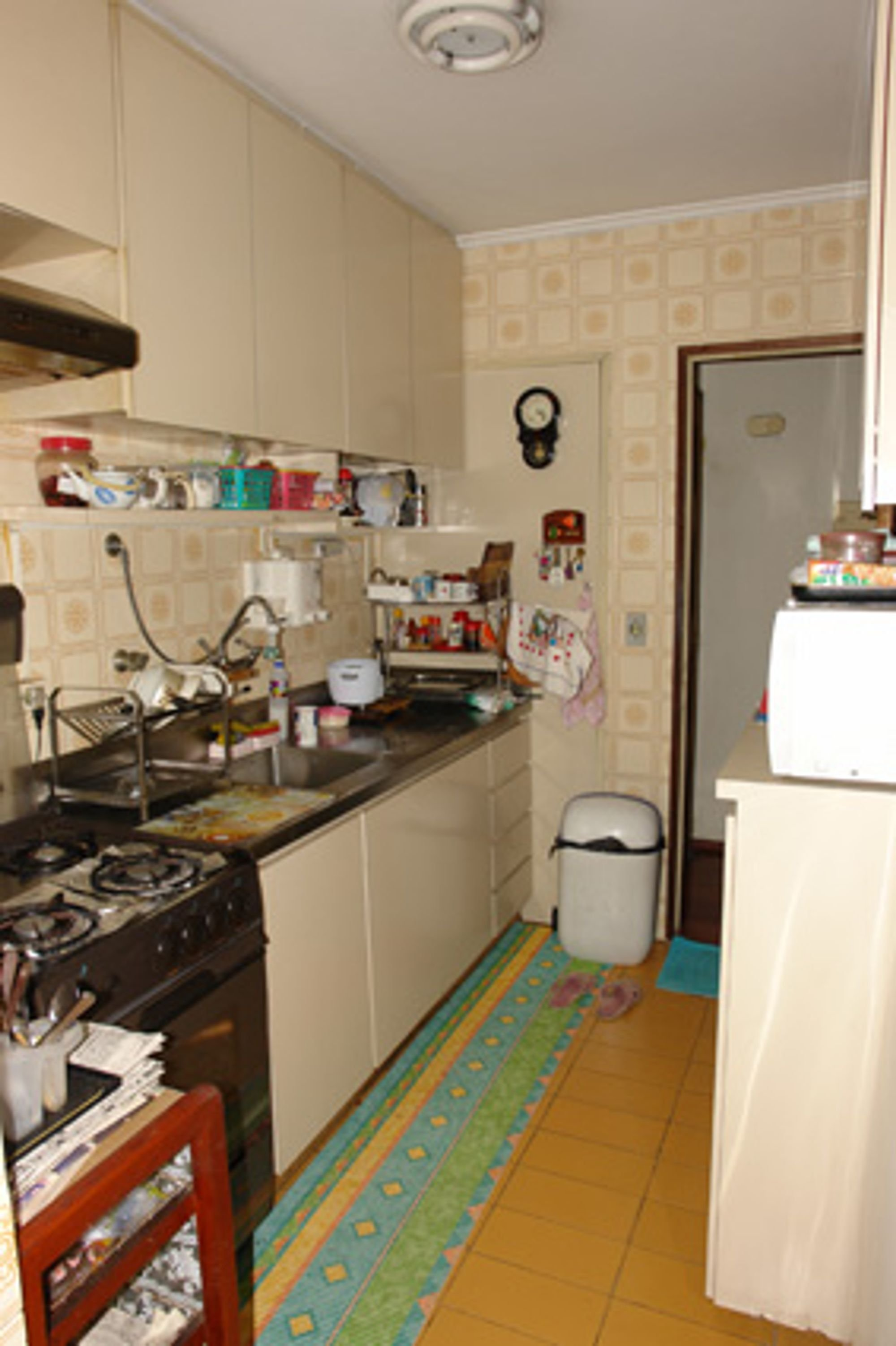Foto de Cozinha com relógio, forno, tigela, xícara