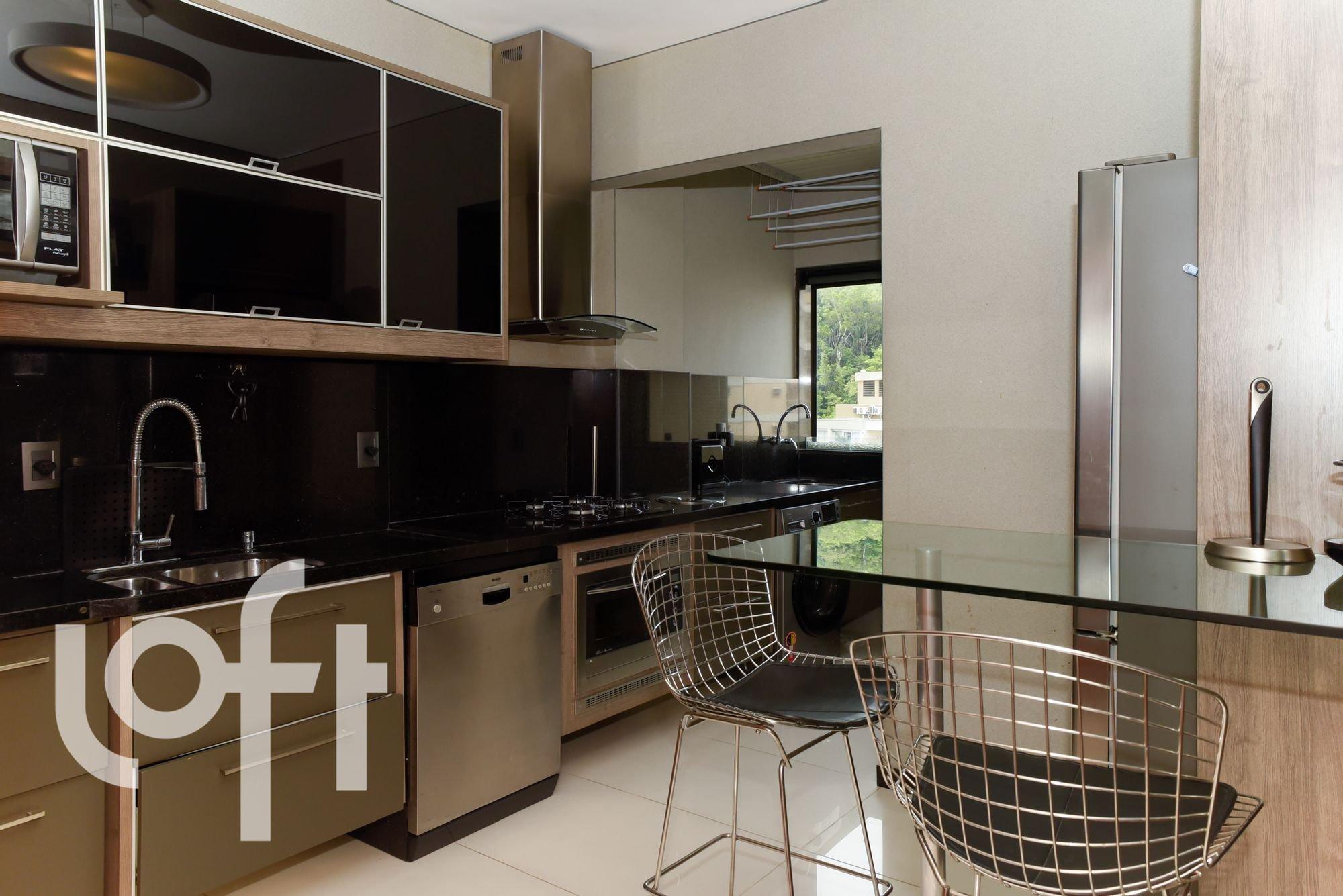 Foto de Cozinha com televisão, forno, pia, cadeira