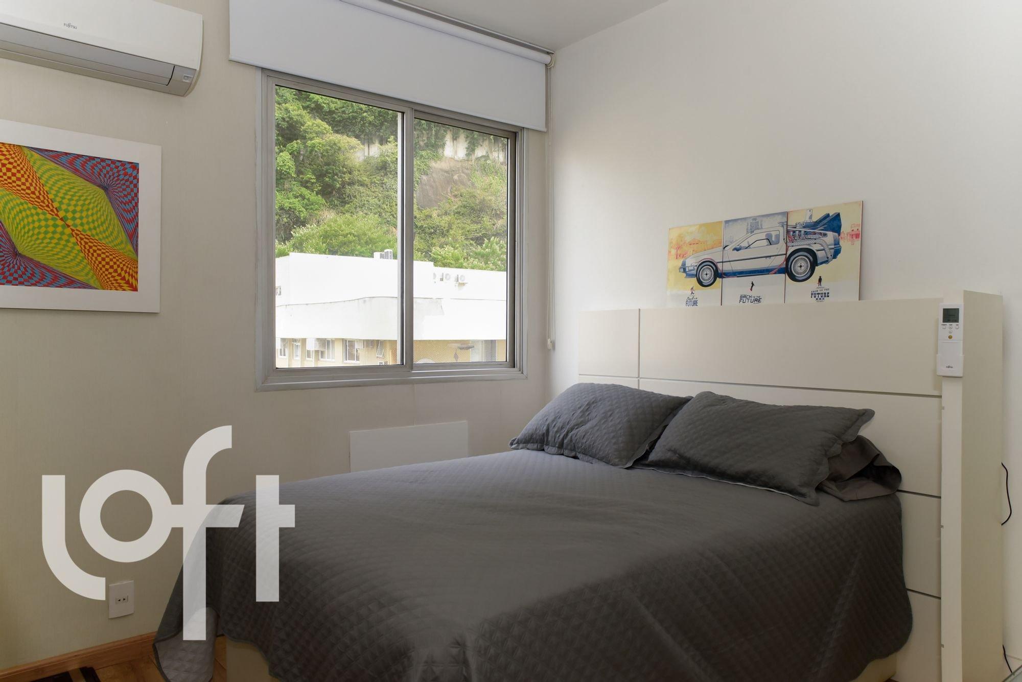 Foto de Quarto com cama, carro