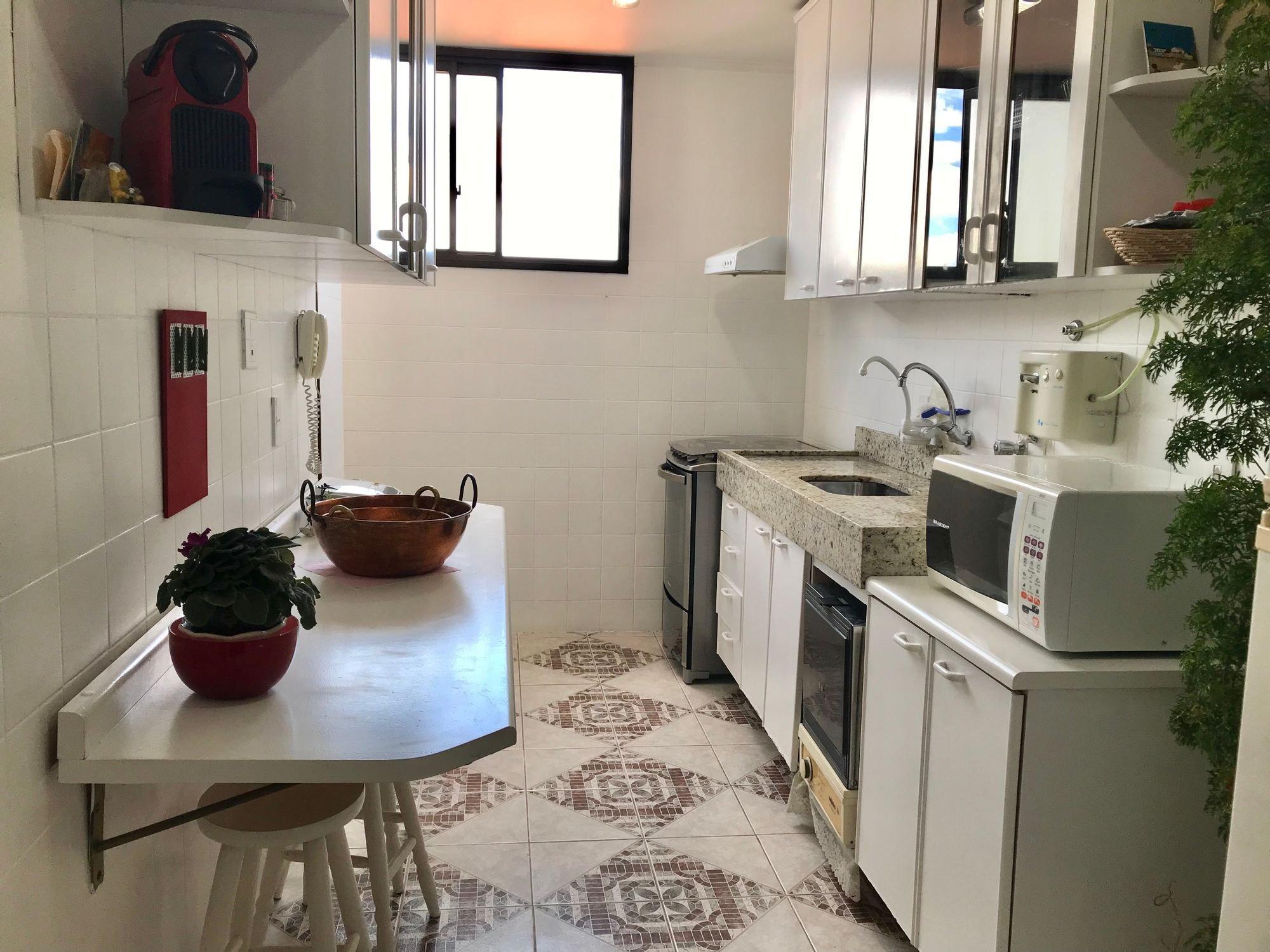 Foto de Cozinha com vaso de planta, tigela, pia, microondas
