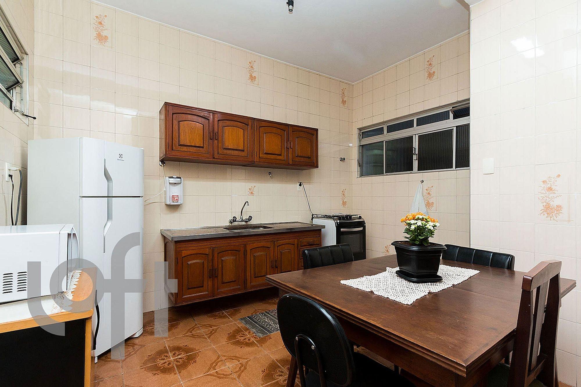 Foto de Cozinha com vaso de planta, geladeira, cadeira, mesa de jantar